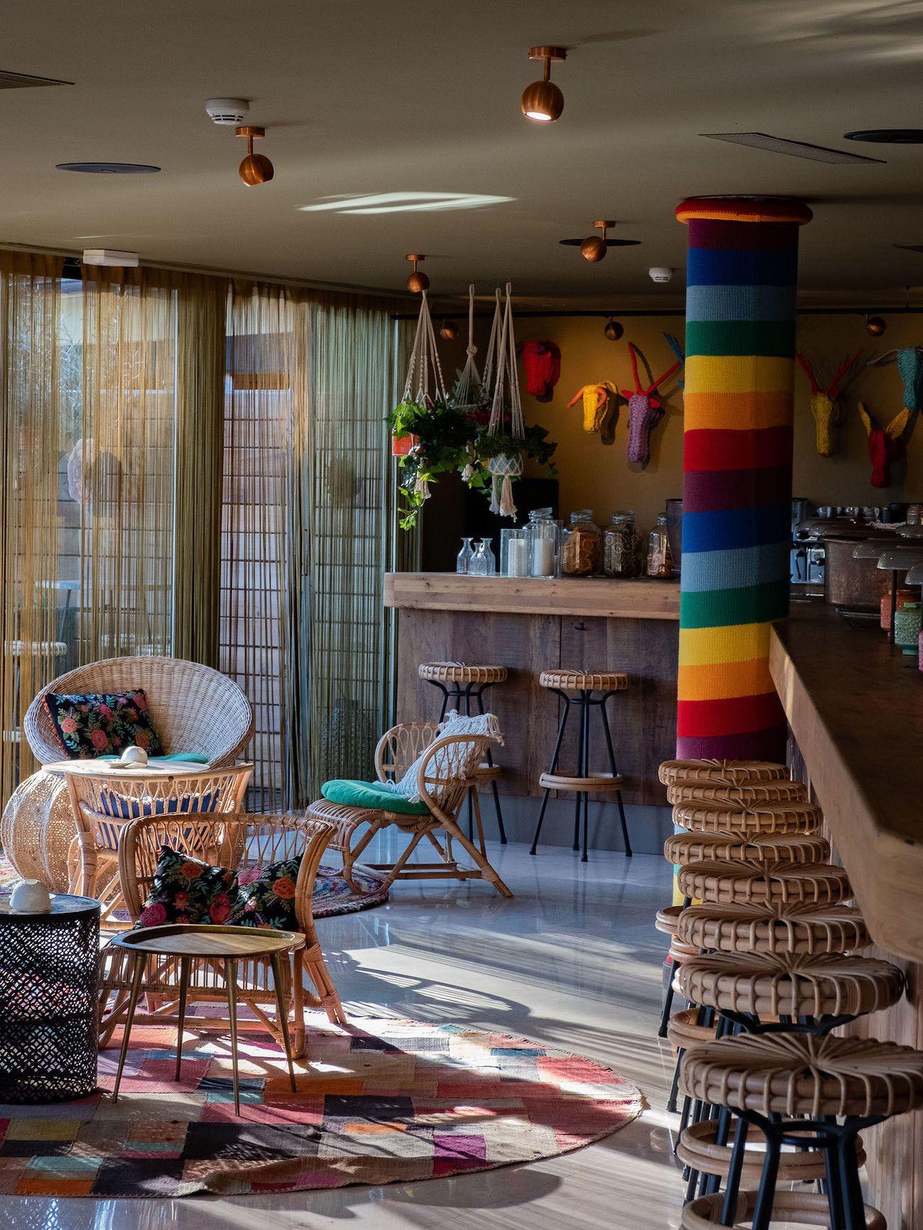 Foodblog About Fuel, Bikini Island & Mountain Hotels, Donkey Bar, Interieur
