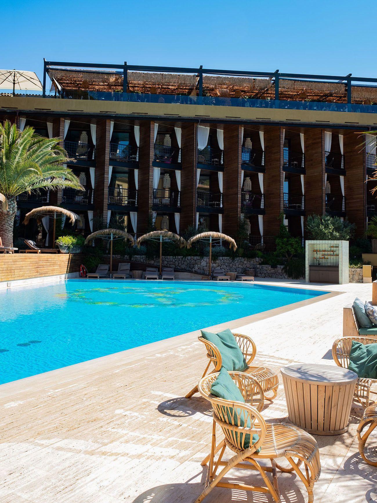 Foodblog About Fuel, Bikini Island & Mountain Hotels, Poolbereich