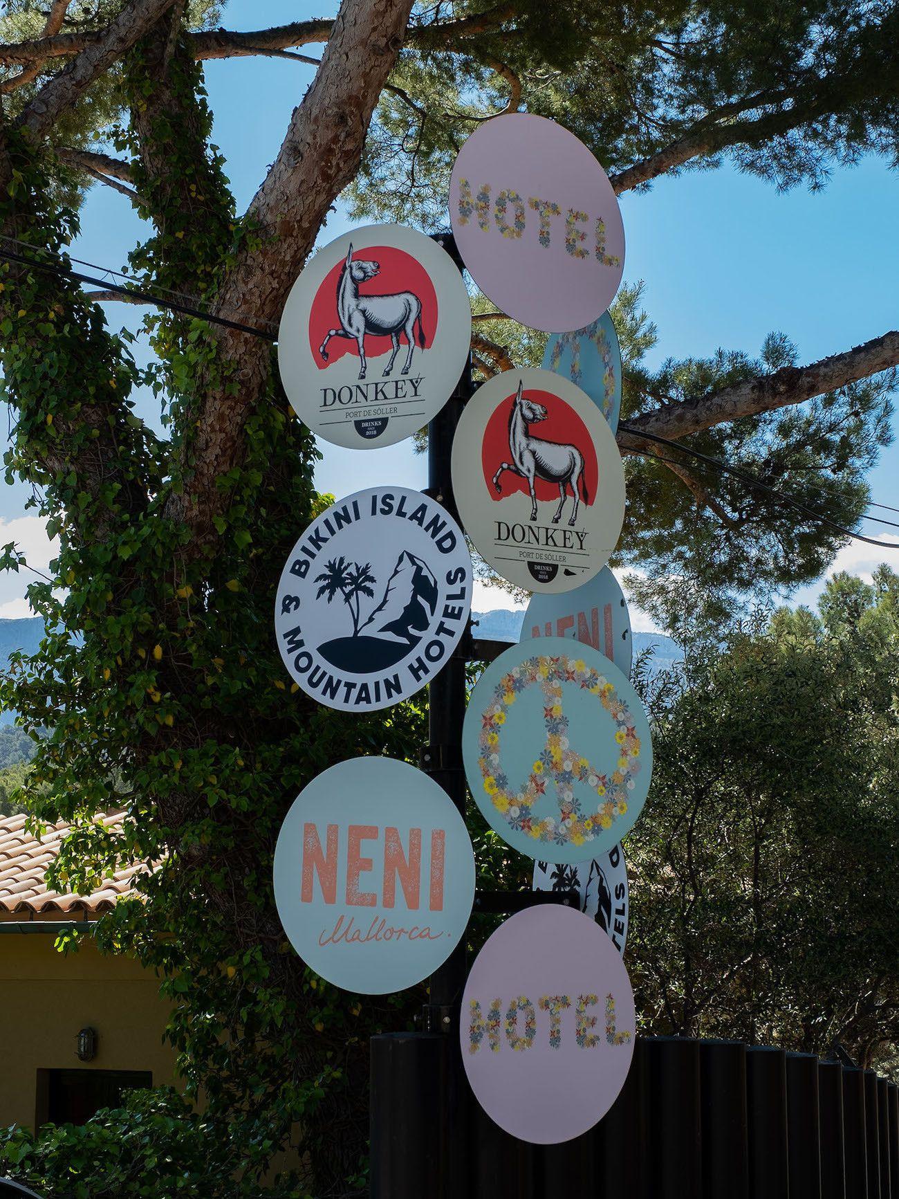 Foodblog About Fuel, Bikini Island & Mountain Hotels, Schilder
