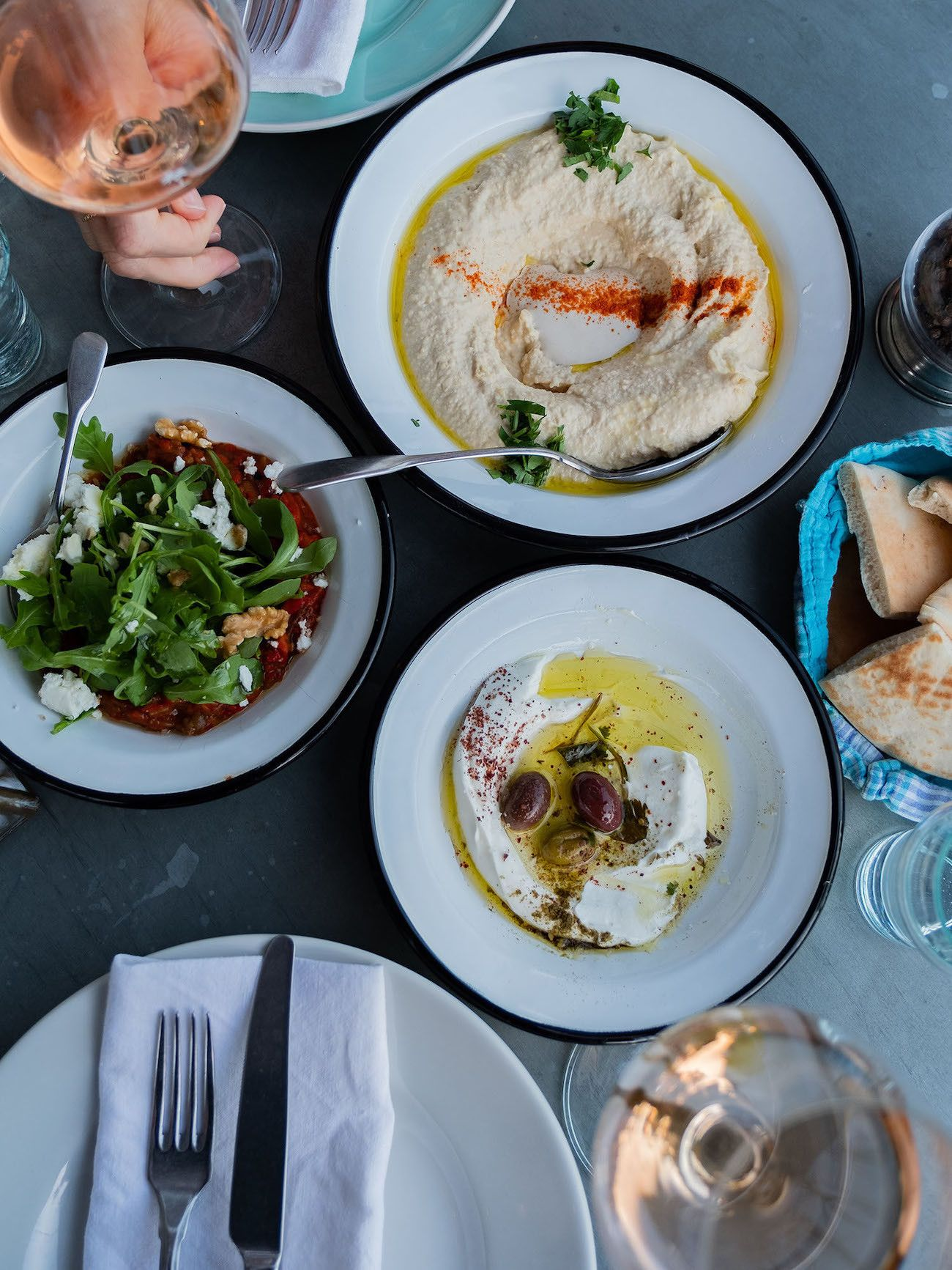 Foodblog About Fuel, Bikini Island & Mountain Hotels, Vorspeisen, Hummus, Labneh, Sakuska, Wein