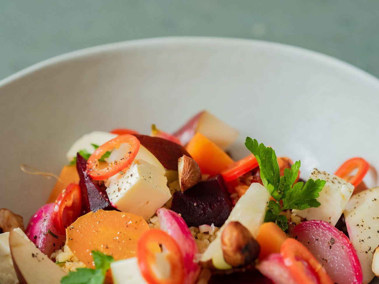 Foodblog, About Fuel, Gebackene Rote Bete und Karotten auf Bulgursalat mit Birne, Haselnüsse, Petersilie, Chili