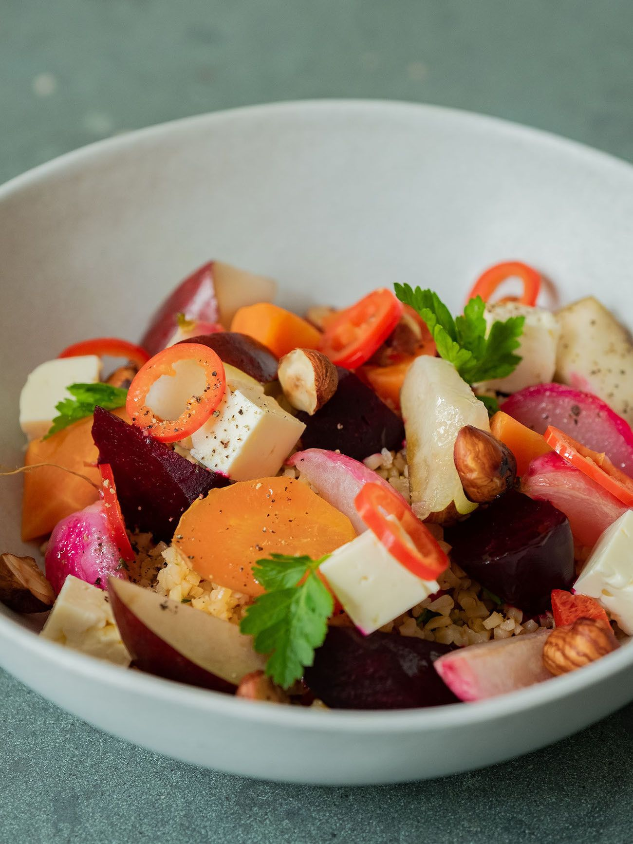 Foodblog, About Fuel, Gebackene Rote Bete und Karotten auf Bulgursalat mit Birne, Haselnüsse, Radieschen, Chili, Feta