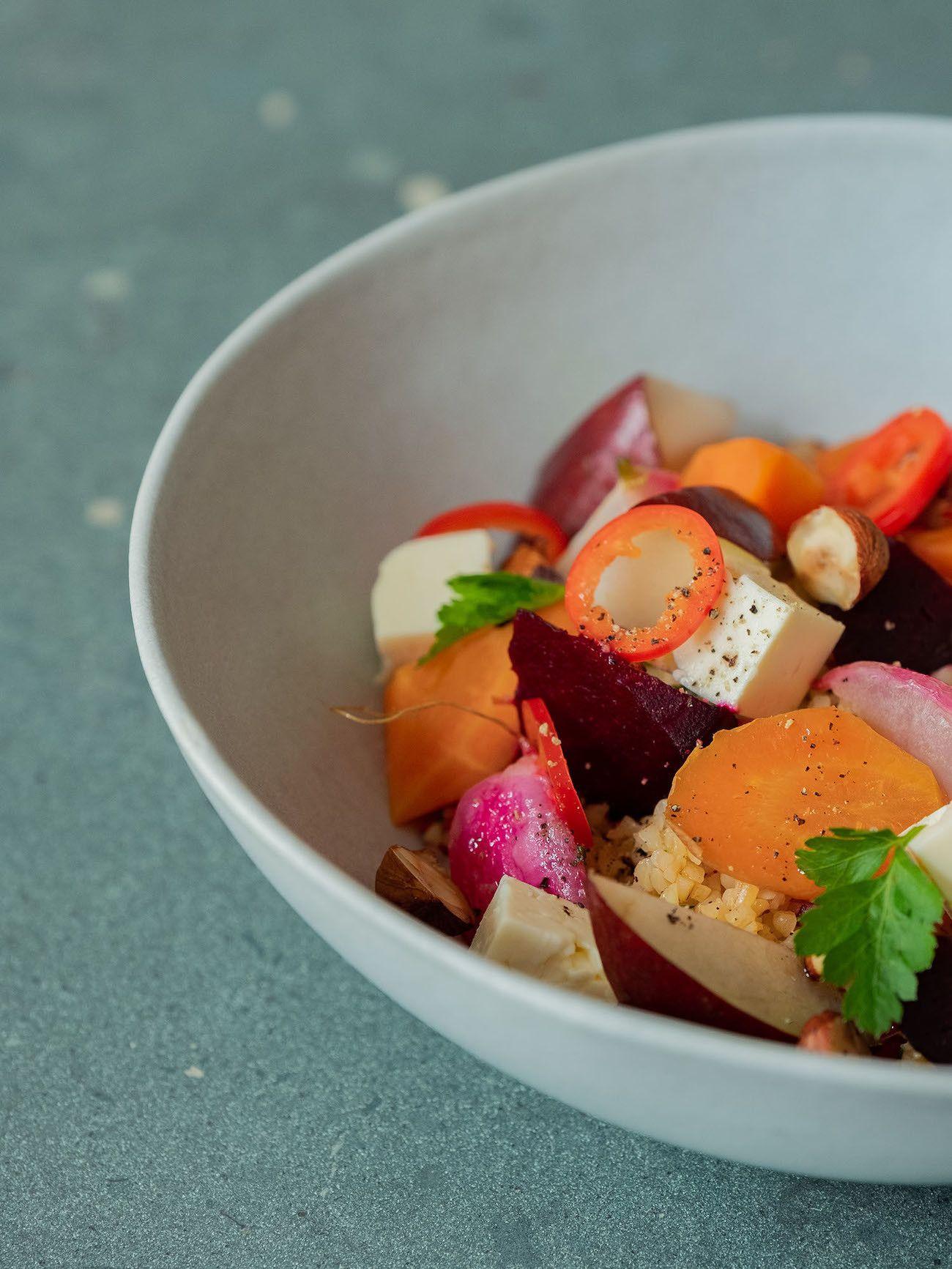 Foodblog, About Fuel, Gebackene Rote Bete und Karotten auf Bulgursalat mit Birne, Haselnüsse, Radieschen, Feta, Chili