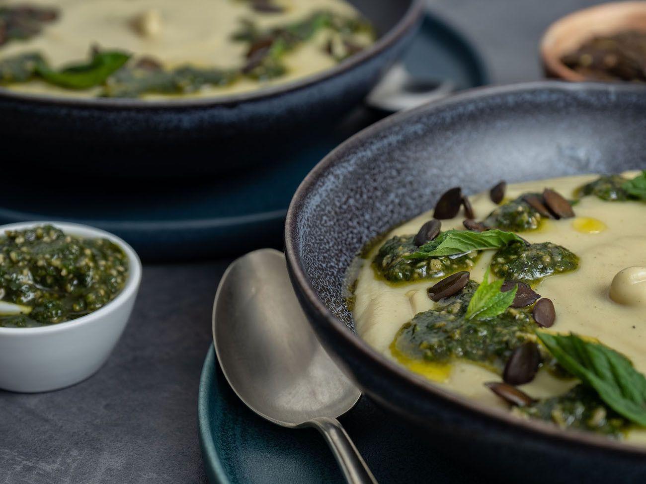 Foodblog, About Fuel, Rezept, Blumenkohlsuppe mit Sonnenblumenkern-Minz-Pesto und Kürbiskernen, Löffel, Pesto, Teller