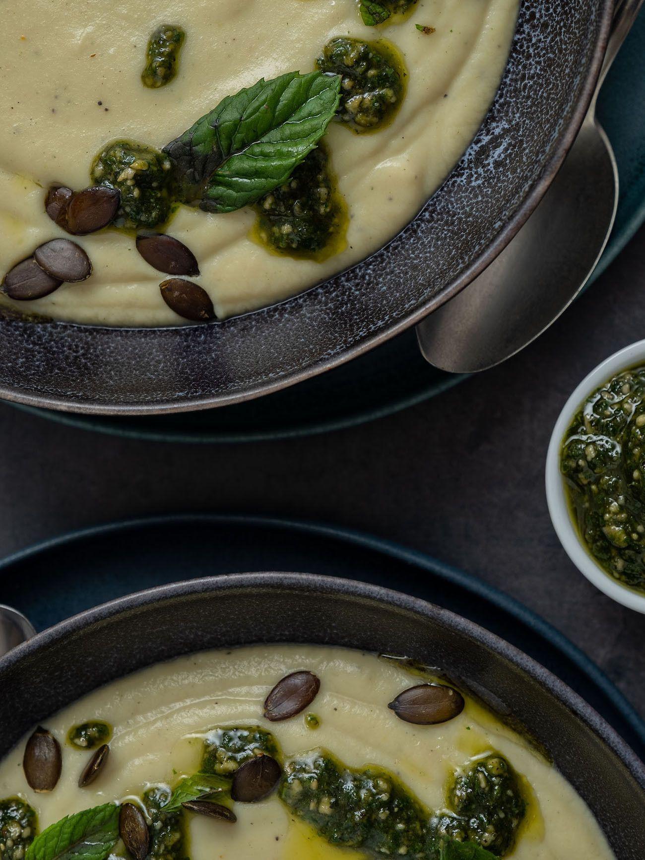 Foodblog, About Fuel, Rezept, Blumenkohlsuppe mit Sonnenblumenkern-Minz-Pesto und Kürbiskernen, Löffel, Teller