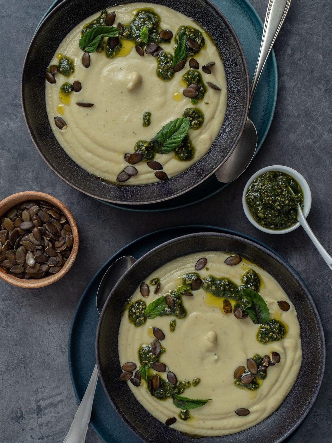 Foodblog, About Fuel, Rezept, Blumenkohlsuppe mit Sonnenblumenkern-Minz-Pesto und Kürbiskernen, Minze, Teller