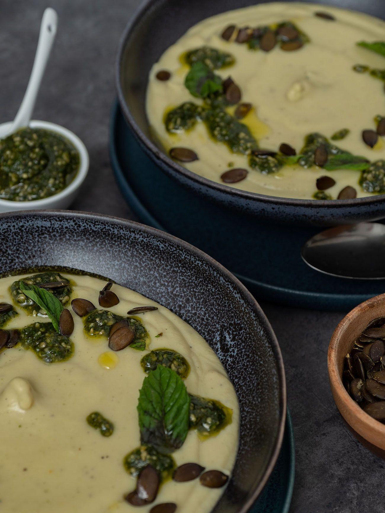 Foodblog, About Fuel, Rezept, Blumenkohlsuppe mit Sonnenblumenkern-Minz-Pesto und Kürbiskernen, Teller, Pesto