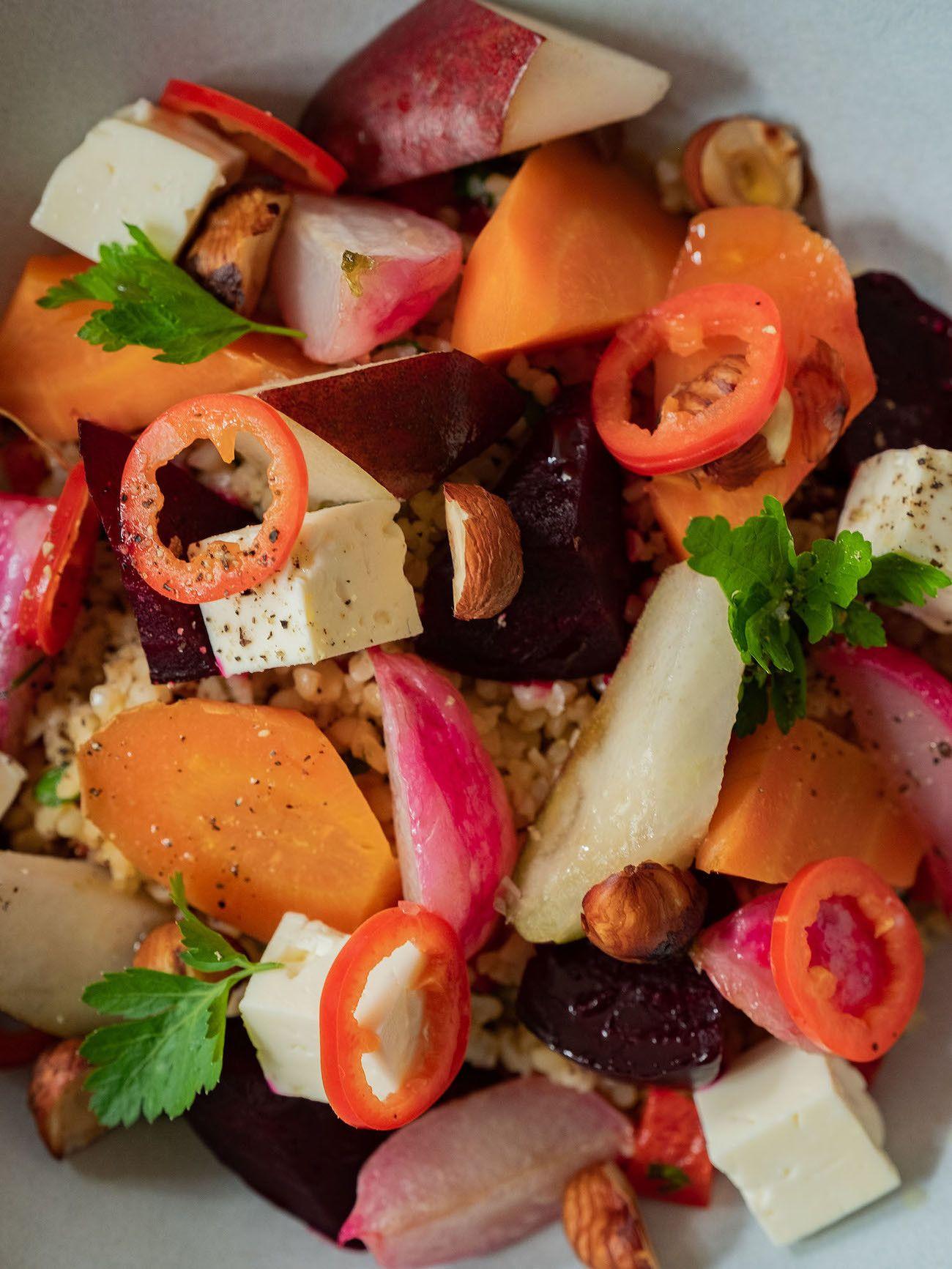 Foodblog, About Fuel, Rezept, Bulgursalat mit gebackener Roter Bete und Karotte, Radieschen, Feta, Chili, Birne, Haselnuss, Petersilie