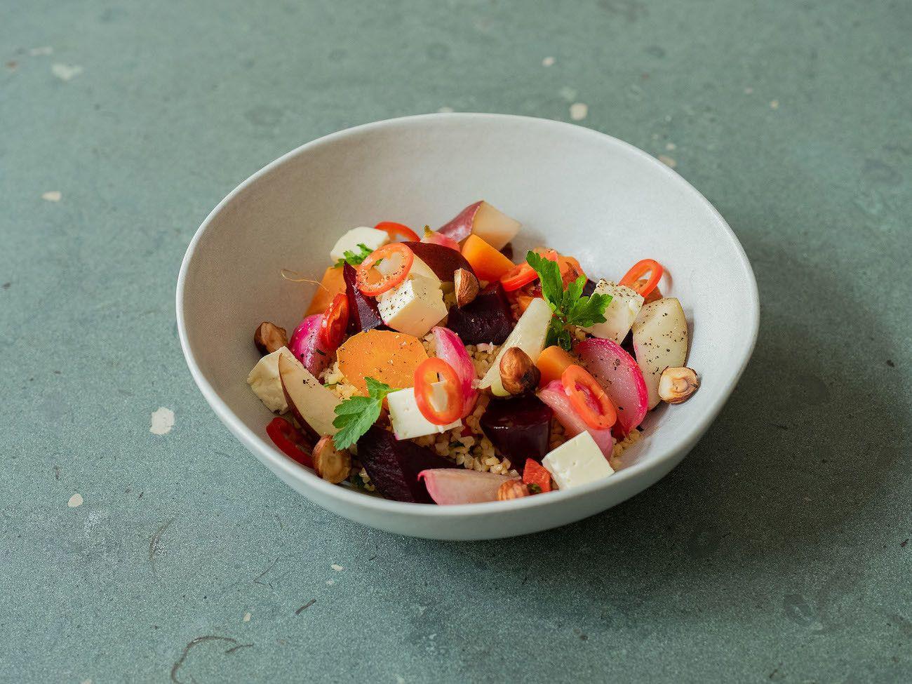 Foodblog, About Fuel, Rezept, Bulgursalat mit gebackener Roter Bete und Karotte, Radieschen, Feta, Chili, Birne, Haselnuss