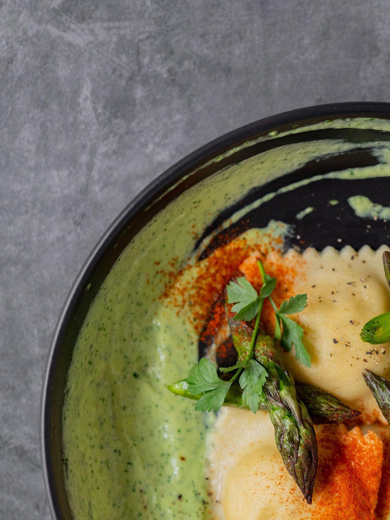 Foodblog, About Fuel, Rezept, Lachsravioli auf Spargel-Kräuter-Mayonnaise und Spargelspitzen, Paprikapulver, Petersilie