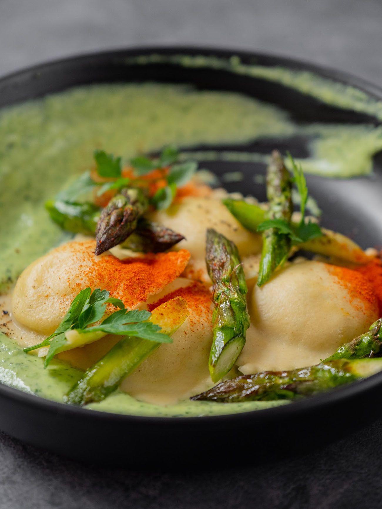 Foodblog, About Fuel, Rezept, Lachsravioli auf Spargel-Kräuter-Mayonnaise und Spargelspitzen, Pasta, Paprikapulver