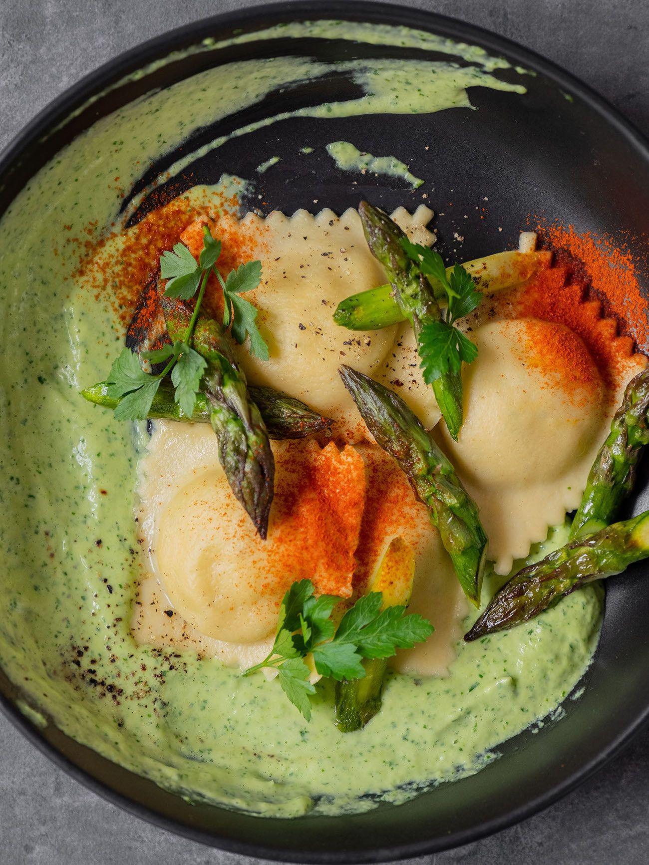 Foodblog, About Fuel, Rezept, Lachsravioli auf Spargel-Kräuter-Mayonnaise und Spargelspitzen, Pasta, Teller, Paprikapulver, Petersilie