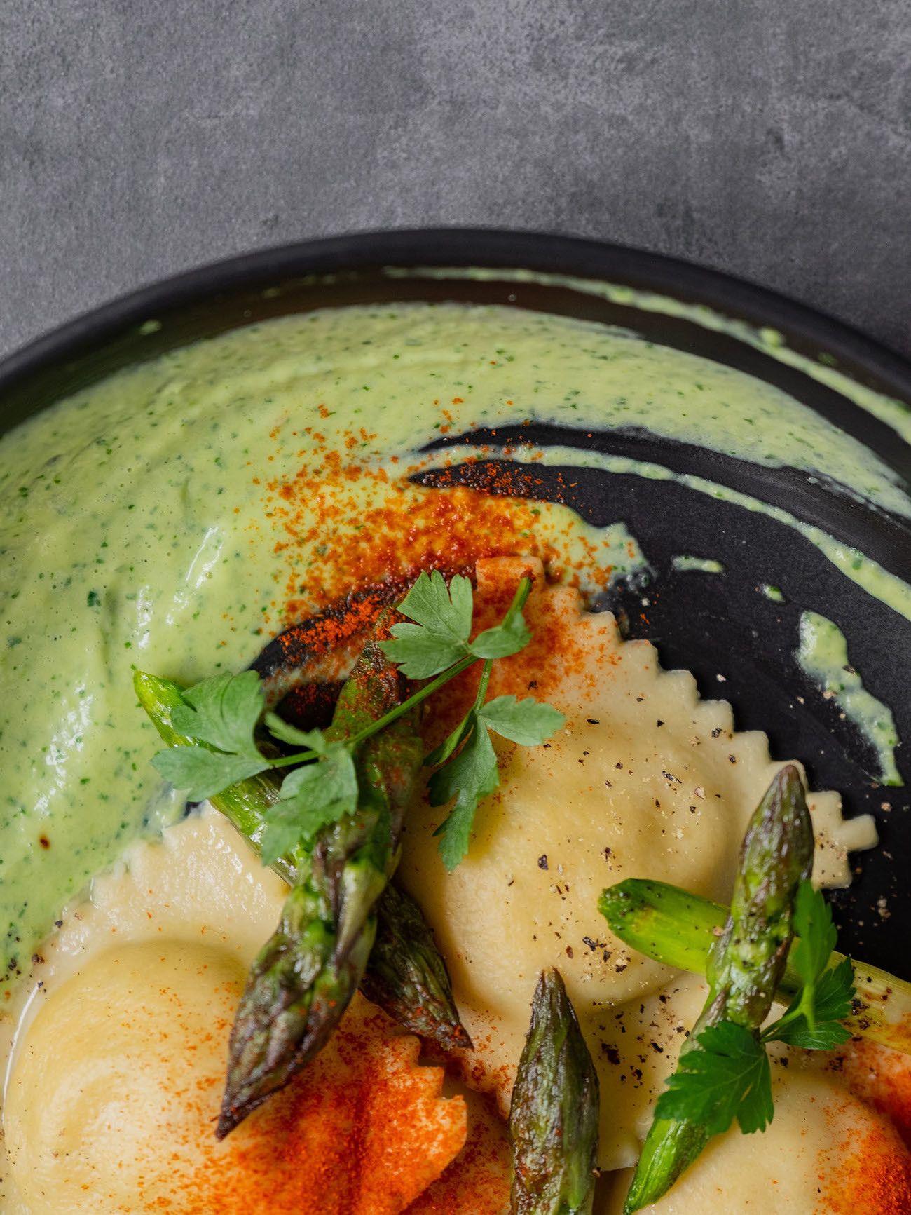 Foodblog, About Fuel, Rezept, Lachsravioli auf Spargel-Kräuter-Mayonnaise und Spargelspitzen, Teller, Paprikapulver