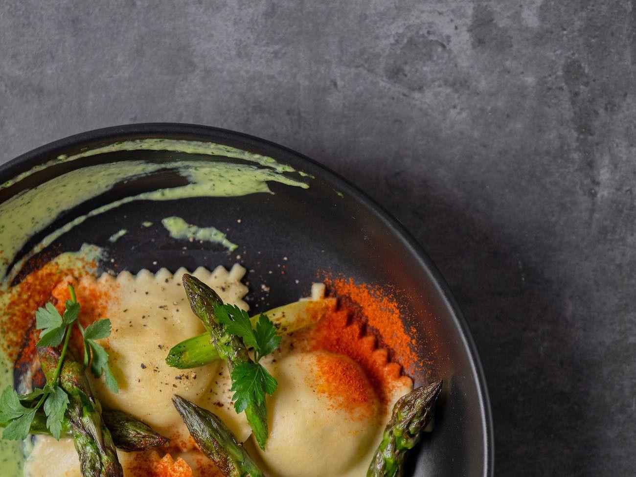 Foodblog, About Fuel, Rezept, Lachsravioli auf Spargel-Kräuter-Mayonnaise und Spargelspitzen, Teller, Pasta, Petersilie
