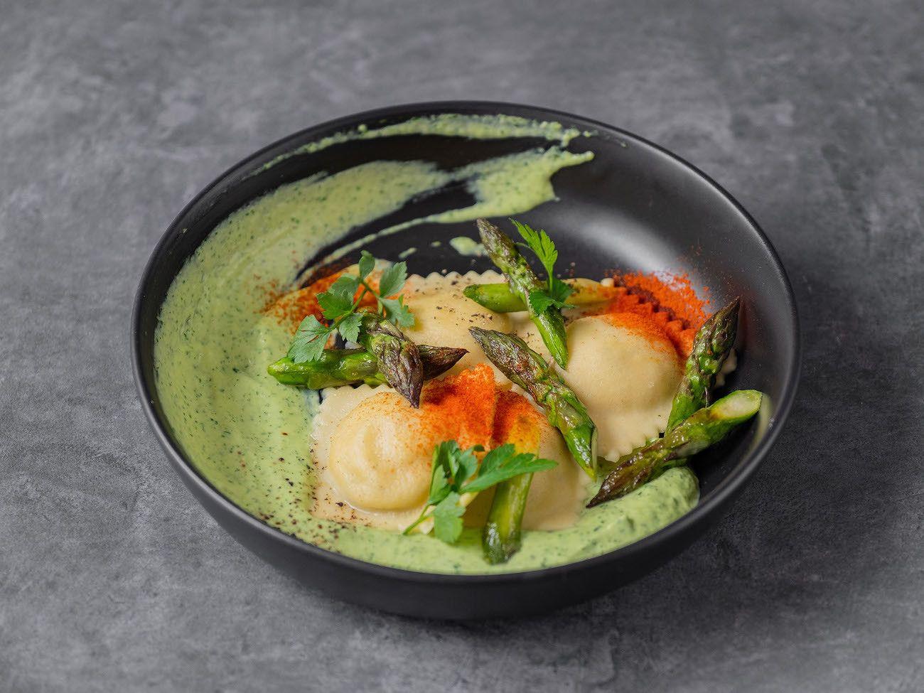 Foodblog, About Fuel, Rezept, Lachsravioli auf Spargel-Kräuter-Mayonnaise und Spargelspitzen, Teller, Petersilie, Pasta