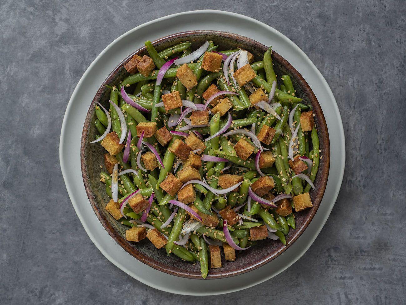 Foodblog, About Fuel, Rezept, Stangenbohnensalat mit geräuchertem Tofu, Sesam und roten Zwiebeln, Salat, Vegan, Teller, Sesam