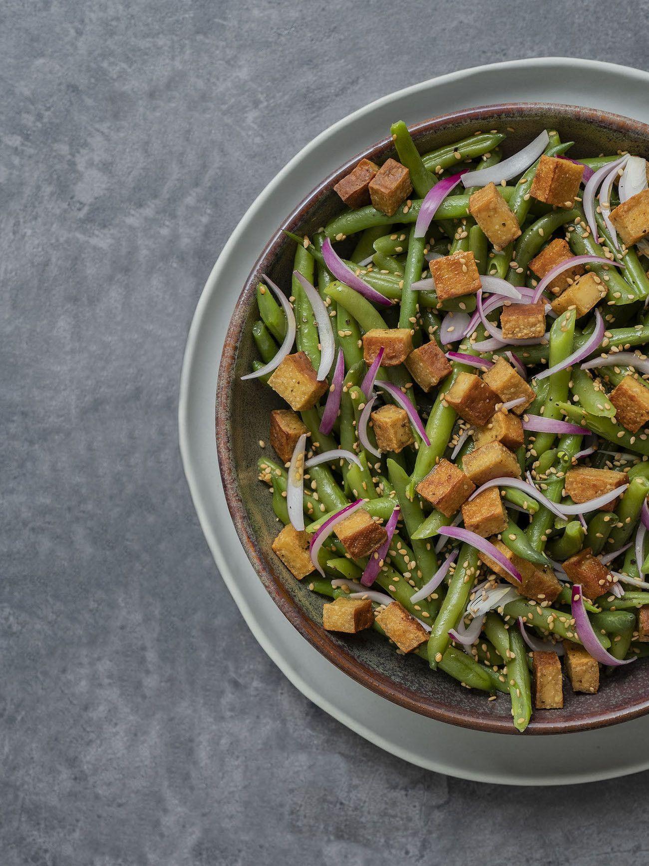 Foodblog, About Fuel, Rezept, Stangenbohnensalat mit geräuchertem Tofu, Sesam und roten Zwiebeln, Teller, Salat, Sesam