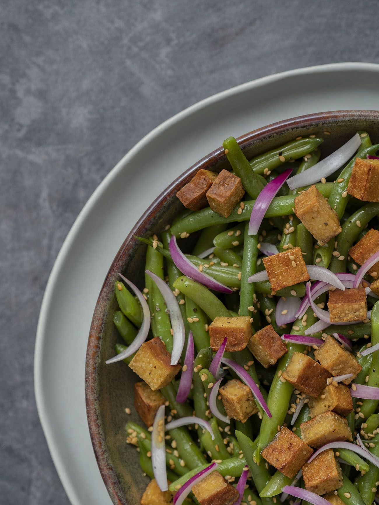 Foodblog, About Fuel, Rezept, Stangenbohnensalat mit geräuchertem Tofu, Sesam und roten Zwiebeln, Teller, Tofu, Vegan, Sesam