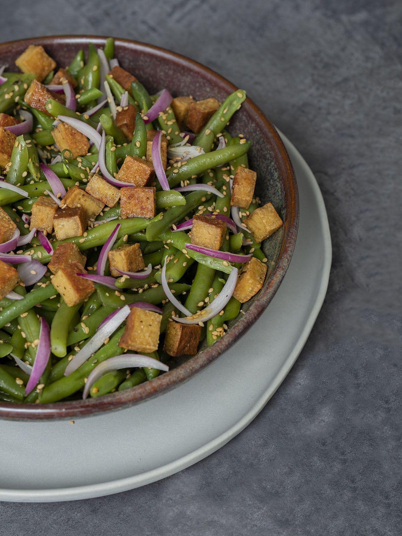 Foodblog, About Fuel, Rezept, Stangenbohnensalat mit geräuchertem Tofu, Sesam und roten Zwiebeln, Teller, Vegan, Sesam