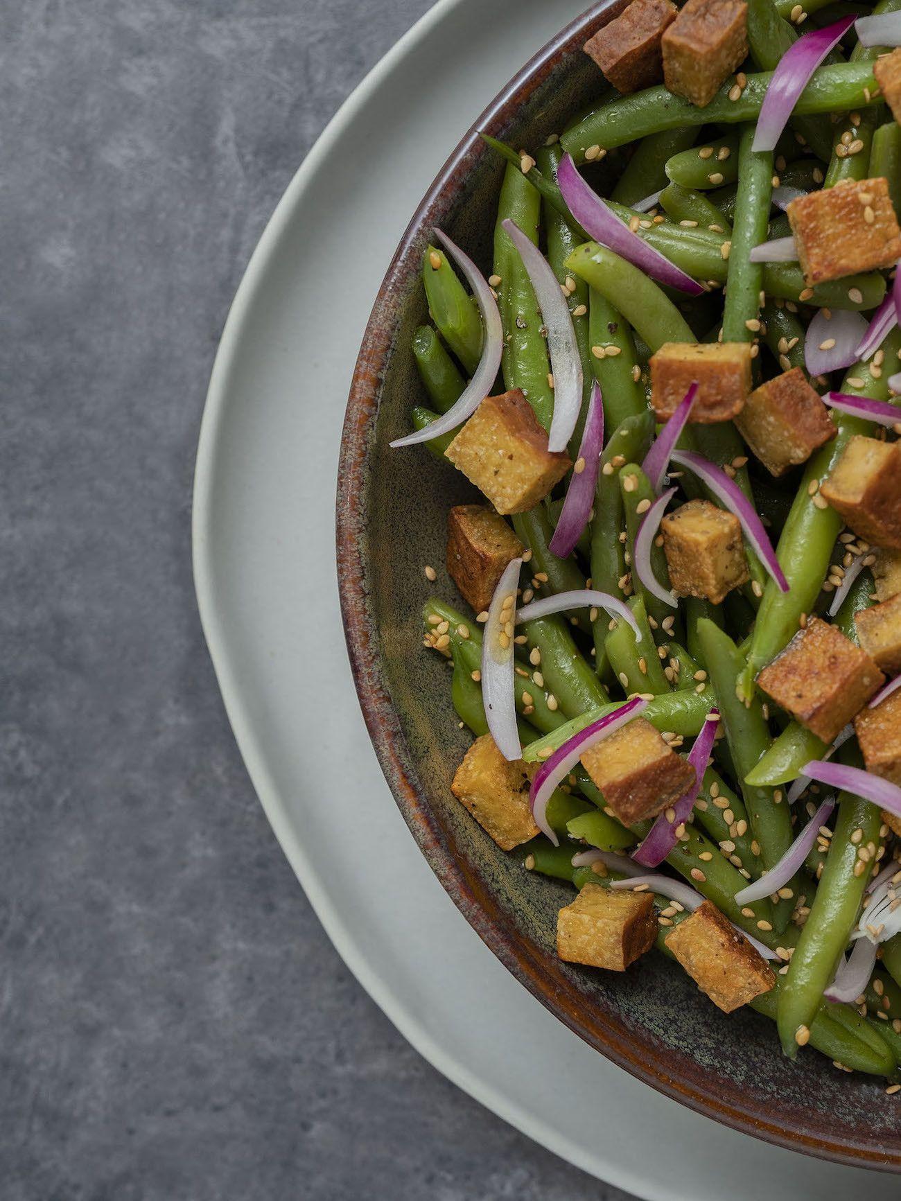 Foodblog, About Fuel, Rezept, Stangenbohnensalat mit geräuchertem Tofu, Sesam und roten Zwiebeln, Tofu, Teller, Sesam