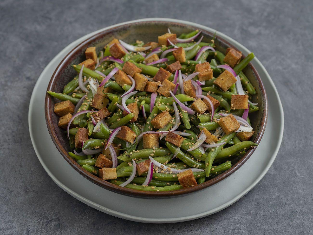 Foodblog, About Fuel, Rezept, Stangenbohnensalat mit geräuchertem Tofu, Sesam und roten Zwiebeln, Vegan, Teller, Sesam