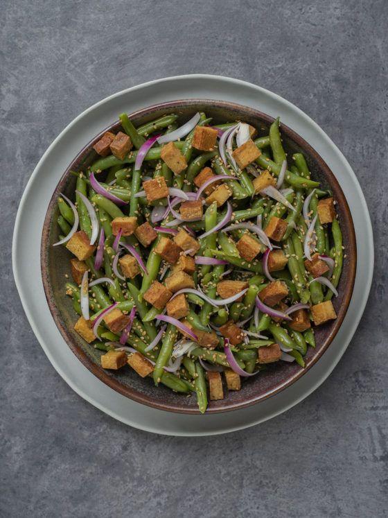 Foodblog, About Fuel, Rezept, Stangenbohnensalat mit geräuchertem Tofu, Sesam und roten Zwiebeln, Vegan, Tofu, Teller, Sesam
