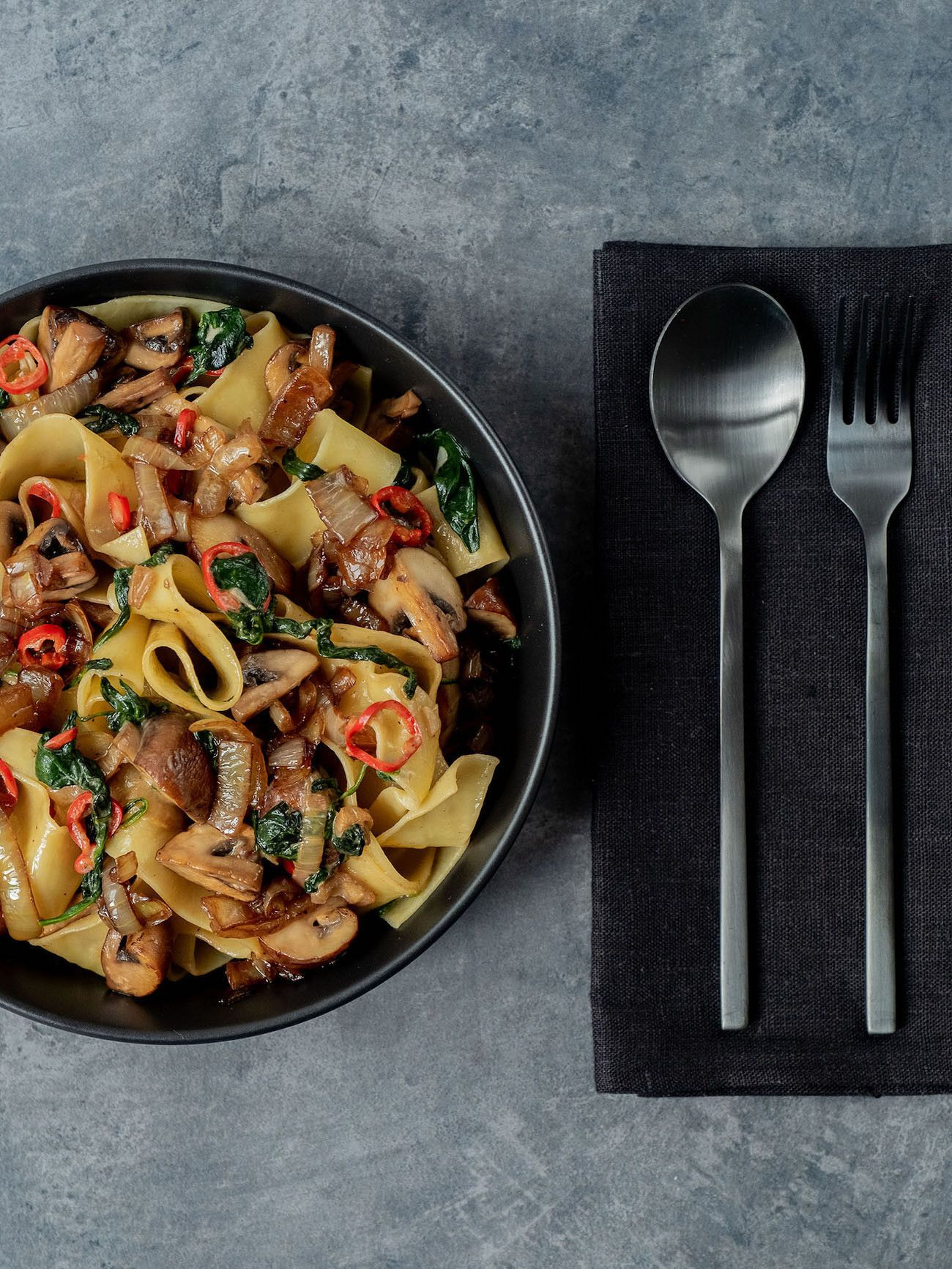 Foodblog About Fuel_Papardelle mit Champignons, Spinat und Balsamico Zwiebeln, Besteck, Teller, Löffel, Gabel, Pasta