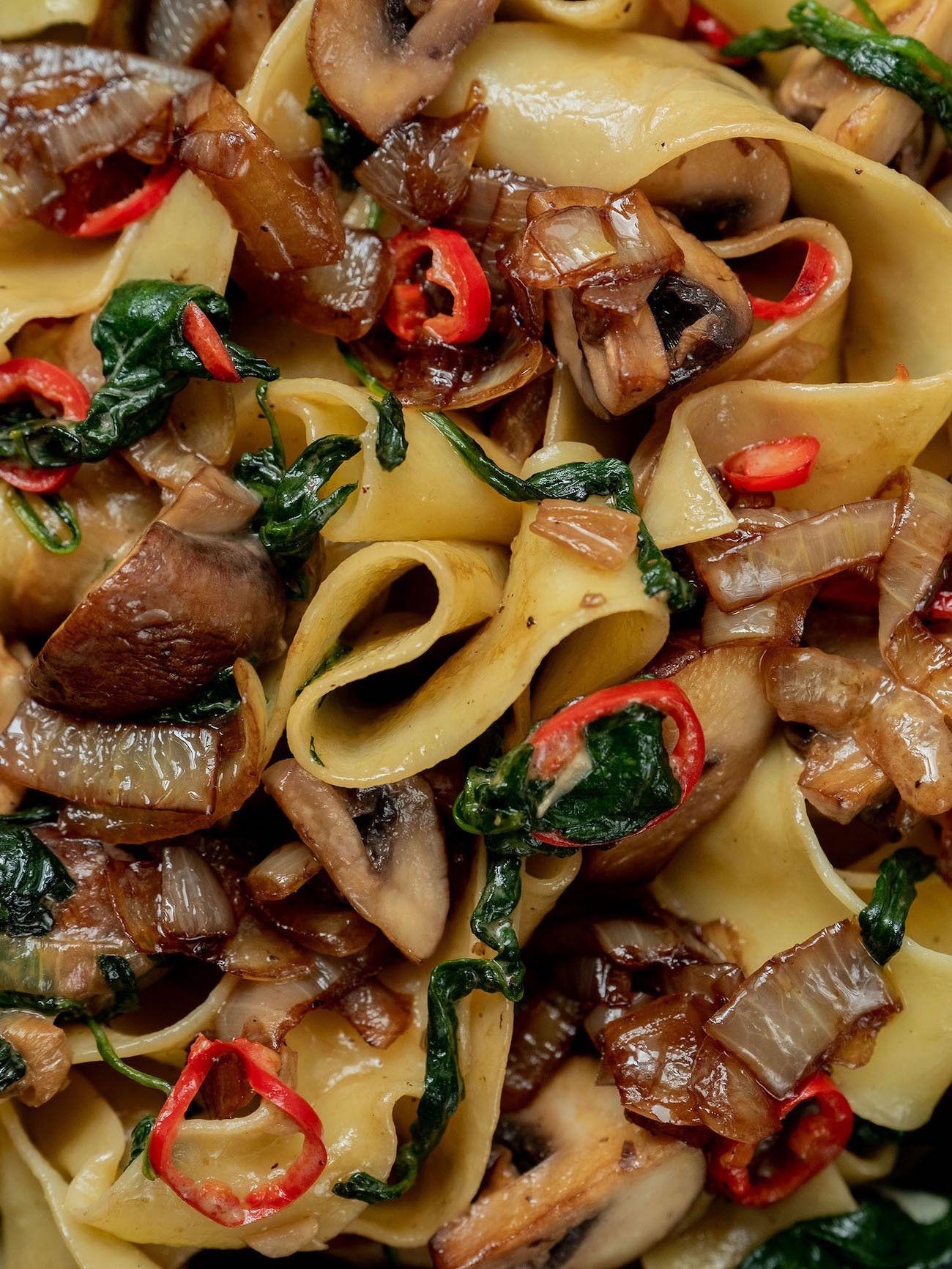 Foodblog About Fuel_Papardelle mit Champignons, Spinat und Balsamico Zwiebeln, Pasta, Peperoni
