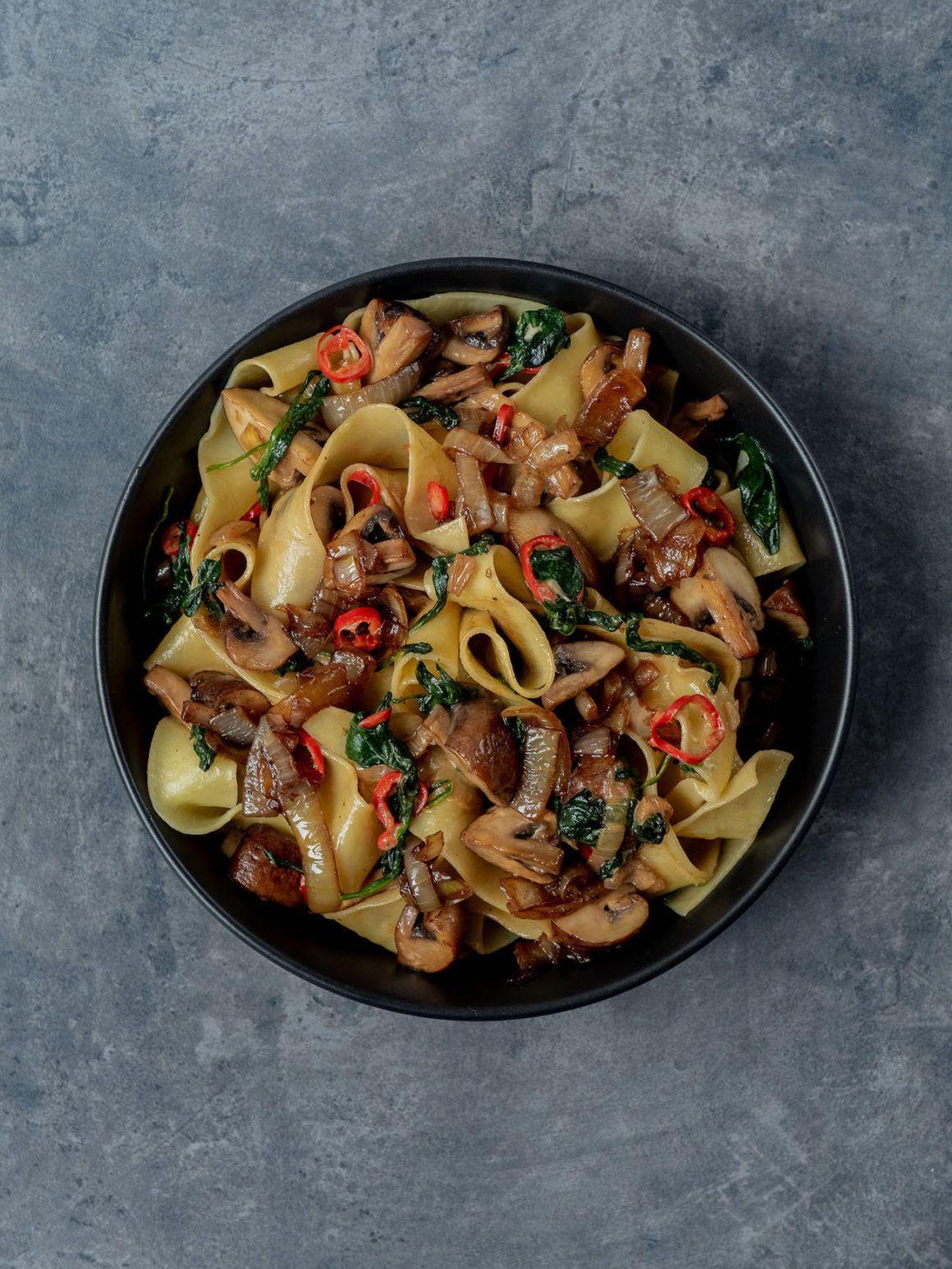 Foodblog About Fuel_Papardelle mit Champignons, Spinat und Balsamico Zwiebeln, Teller, Chili, Pasta