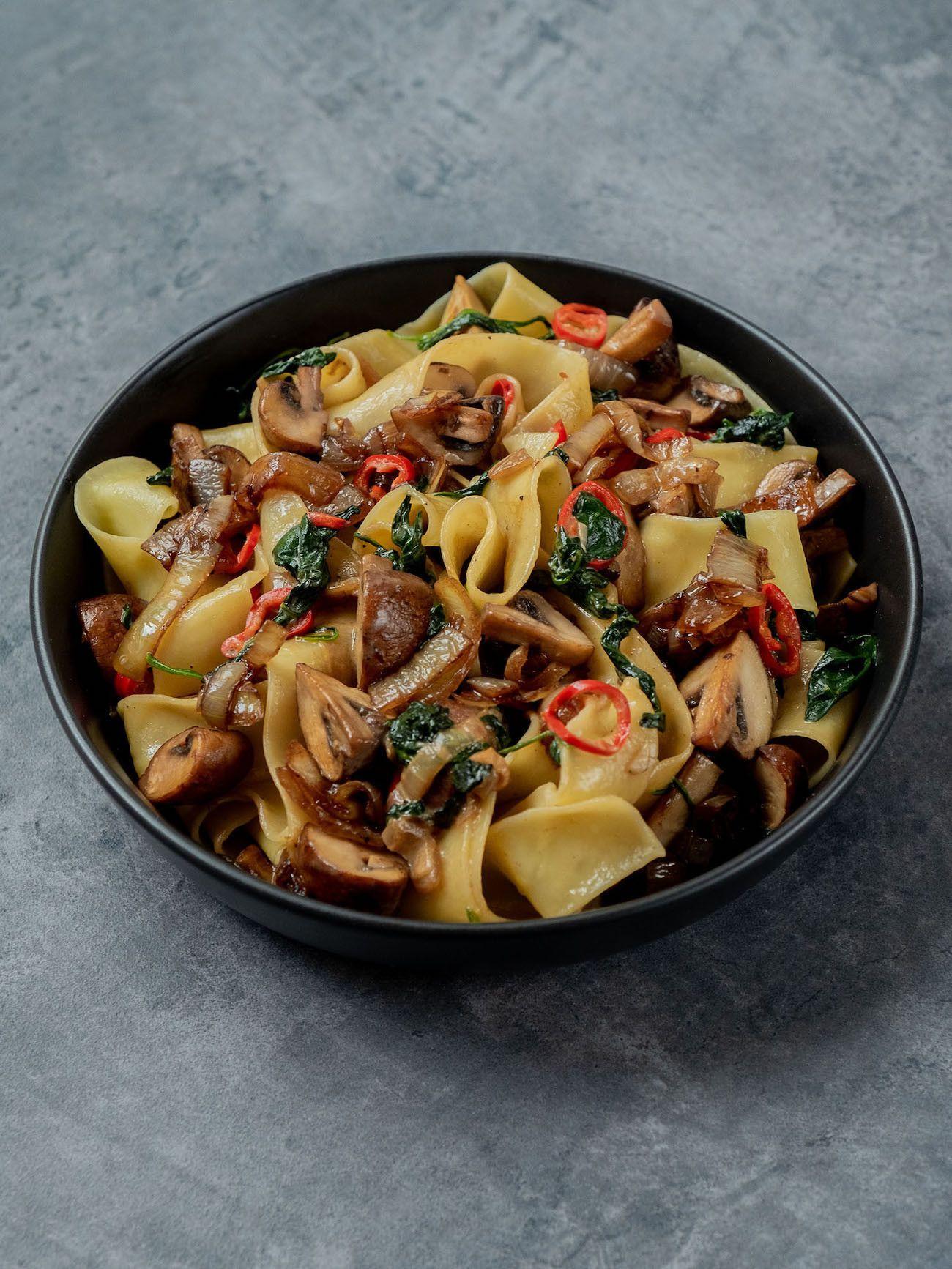 Foodblog About Fuel_Papardelle mit Champignons, Spinat und Balsamico Zwiebeln, Teller, Chili