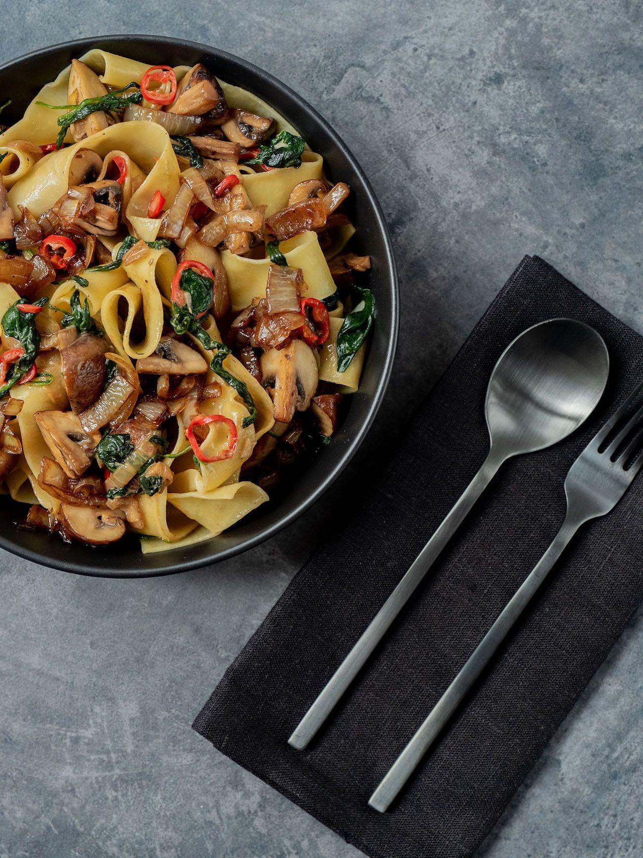 Foodblog About Fuel_Papardelle mit Champignons, Spinat und Balsamico Zwiebeln, Teller, Serviette, Chili