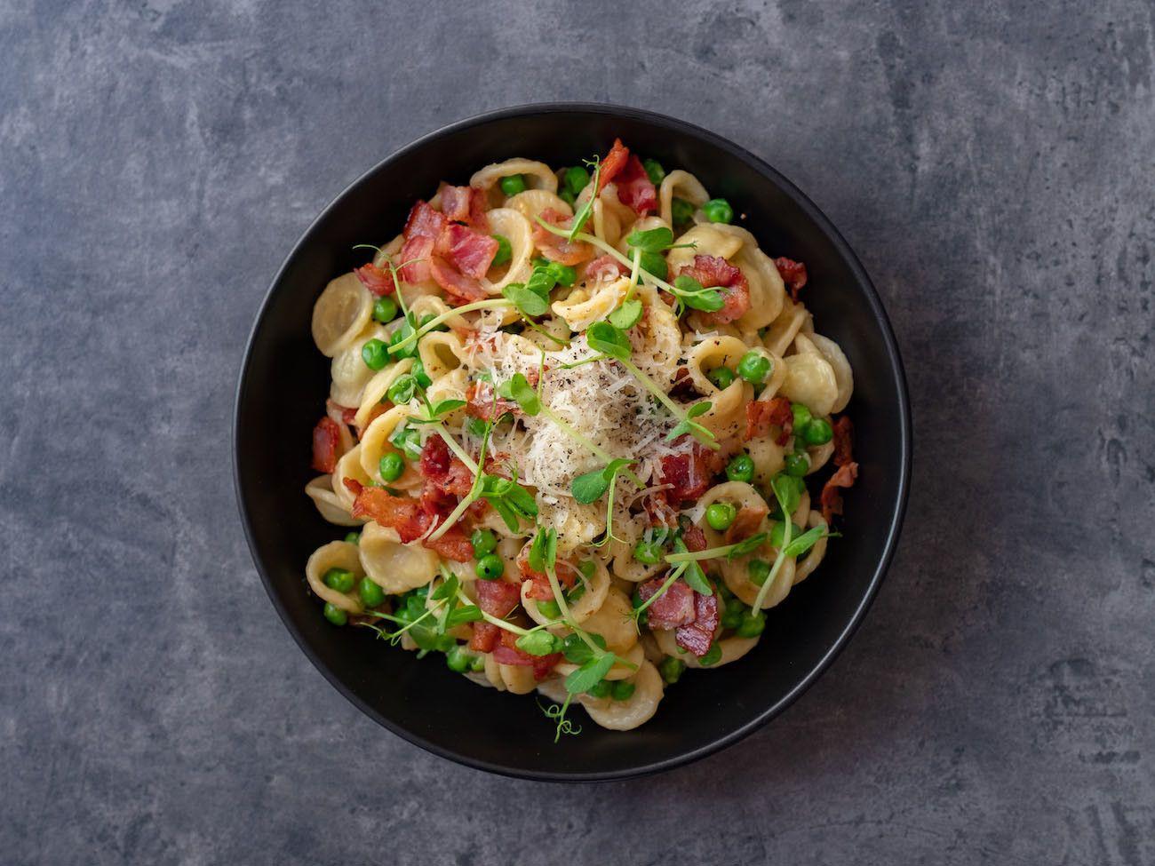 About Fuel, Foodblog, Rezept, Orecchiette mit Erbsen und Speck, Pasta, Erbsensprossen, Teller