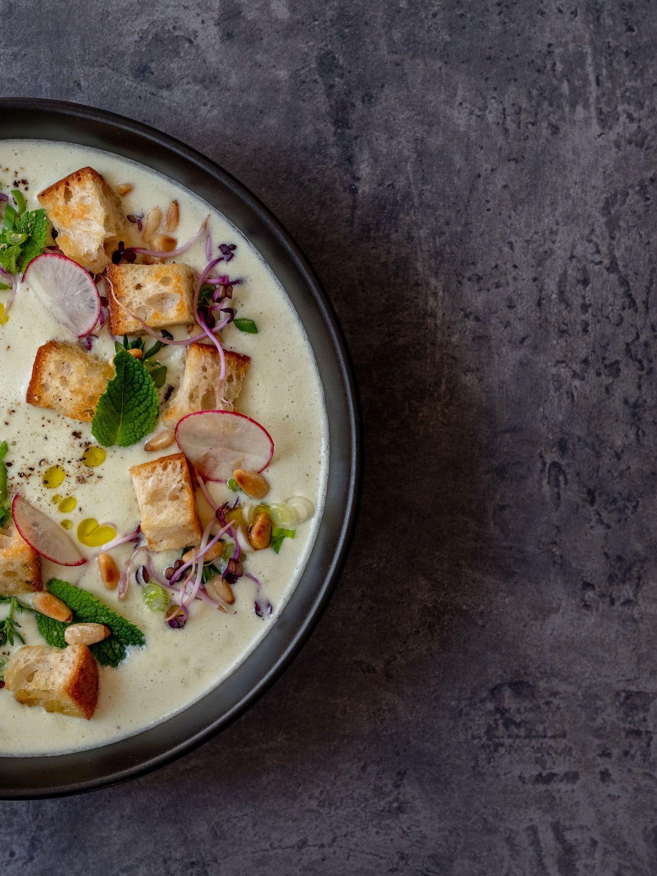 Foodblog, About Fuel, Rezept Gurken-Mandel-Gazpacho mit Croutons, Minze, Radieschen, Pfeffer, Olivenöl, Pinienkerne