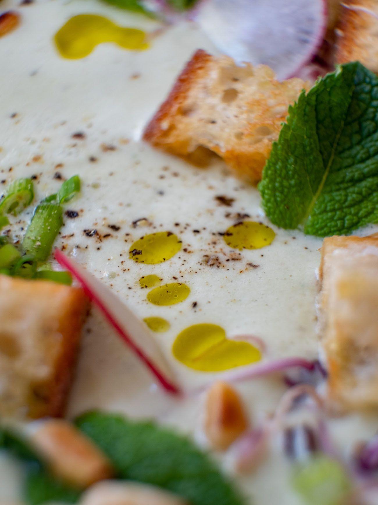 Foodblog, About Fuel, Rezept Gurken-Mandel-Gazpacho mit Croutons, Olivenöl, Pfeffer, Minze, Radieschen