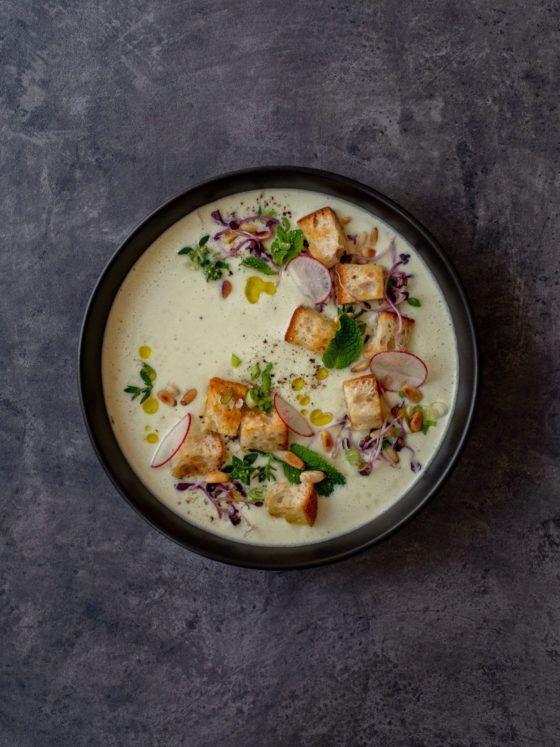 Foodblog, About Fuel, Rezept Gurken-Mandel-Gazpacho mit Croutons, Radieschen, Kräuter
