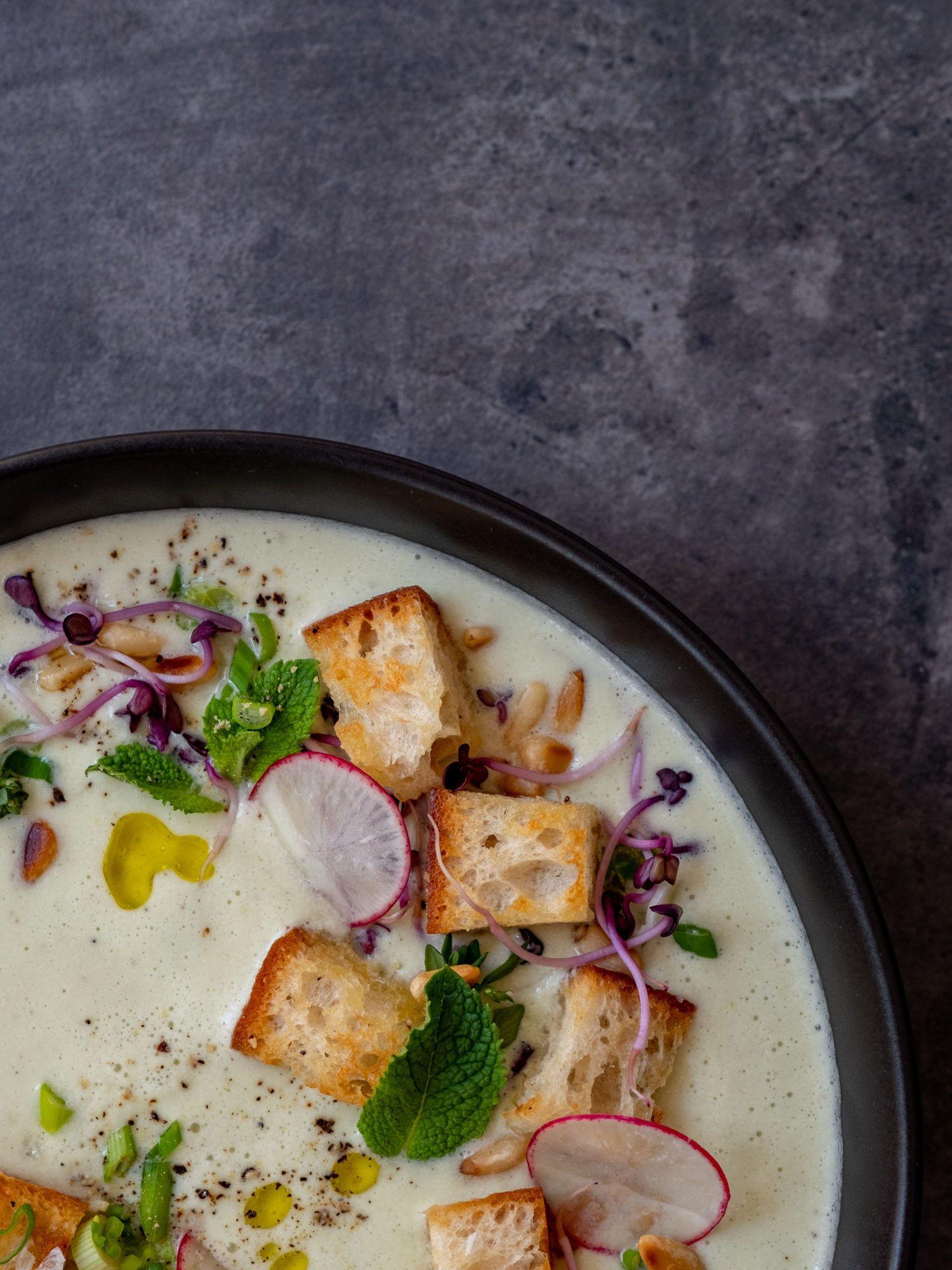 Foodblog, About Fuel, Rezept Gurken-Mandel-Gazpacho mit Croutons, Radieschen, Minze, Sprossen, Pfeffer