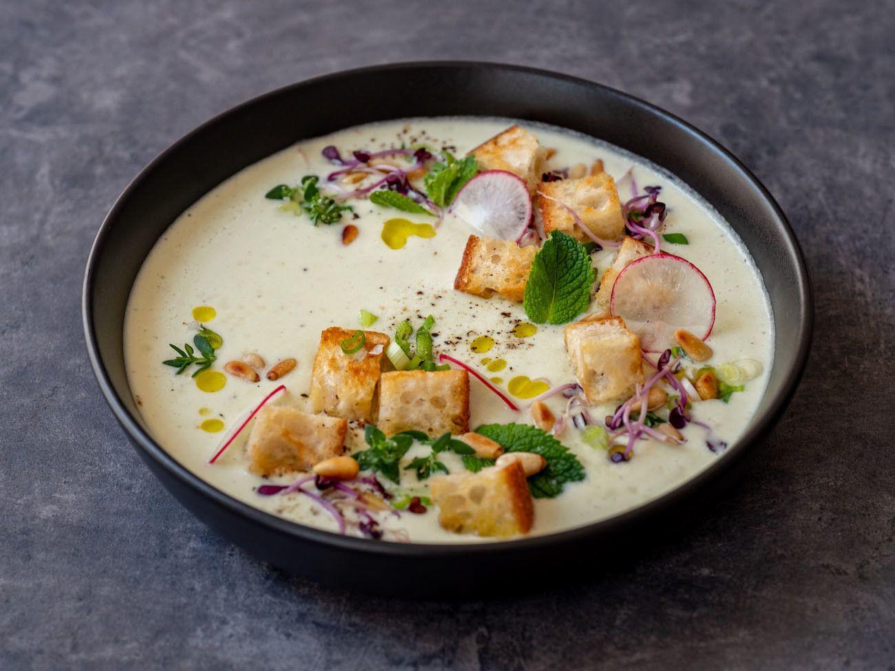 Foodblog, About Fuel, Rezept Gurken-Mandel-Gazpacho mit Croutons, Radieschen, Pfeffer, Thymian, Minze