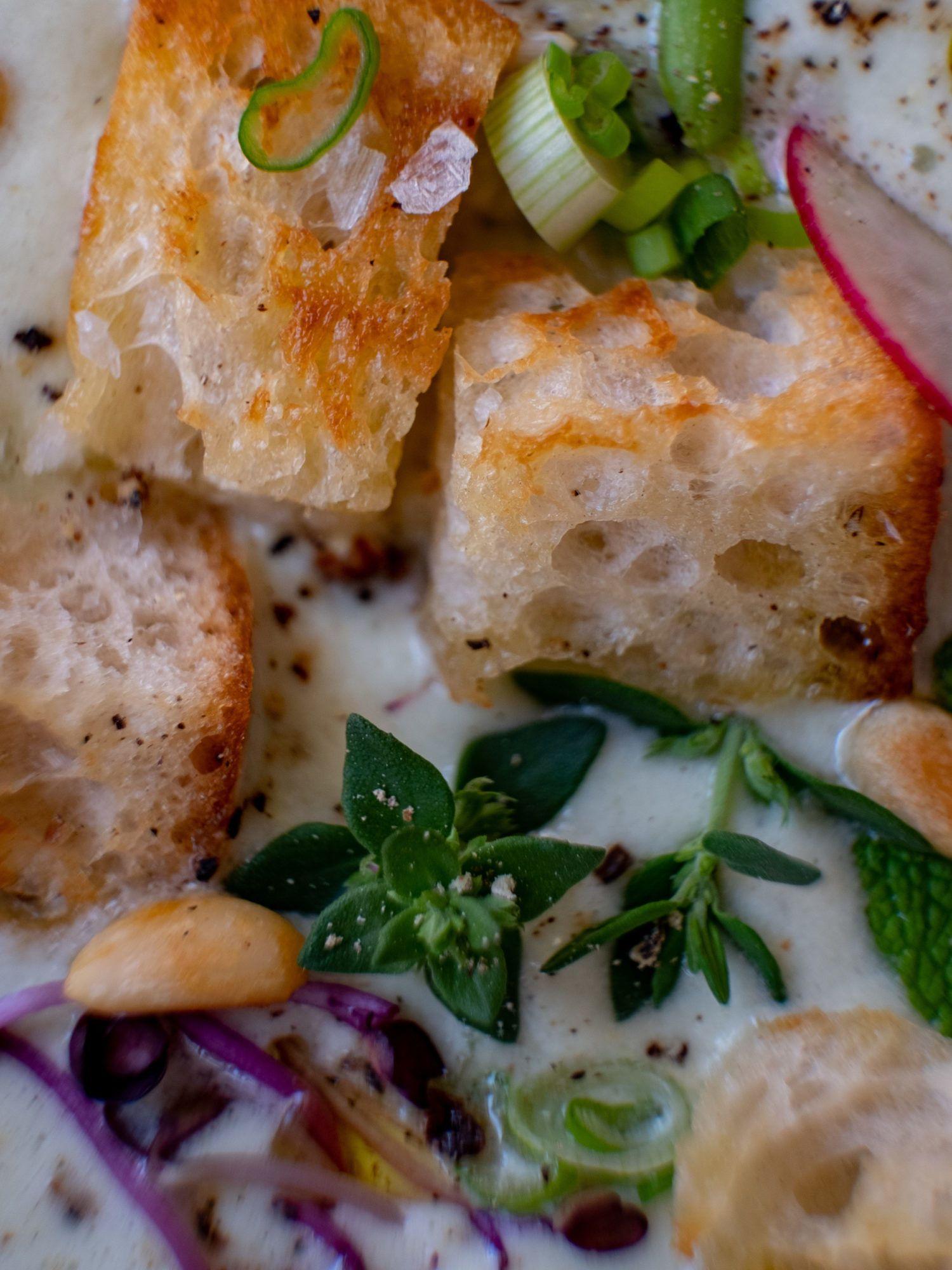 Foodblog, About Fuel, Rezept Gurken-Mandel-Gazpacho mit Croutons, Thymian, Minze