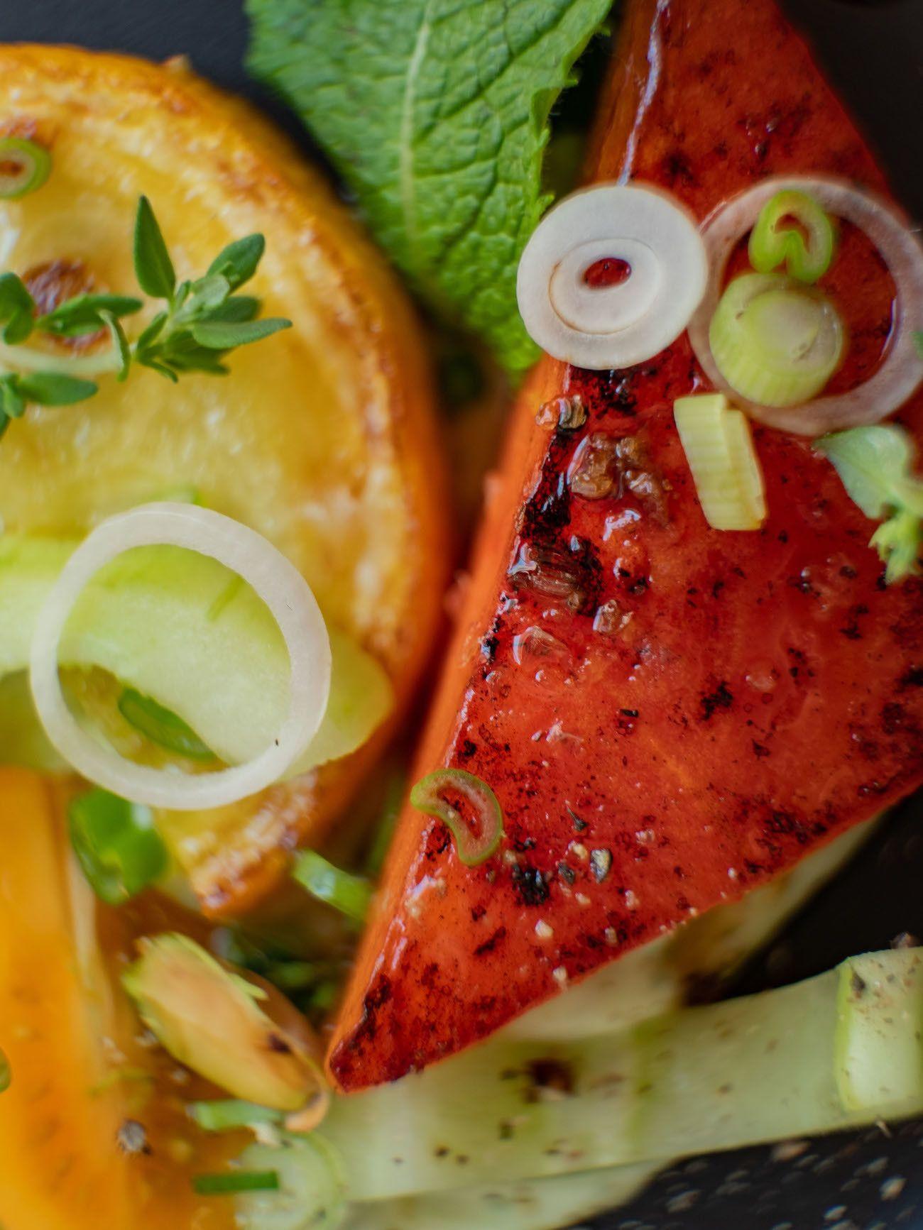 Foodblog, About Fuel, Rezept, Wassermelonensalat auf Basilikum-Feta-Creme, Frühlingszwiebeln, Zucchini, Gurken, Tomaten