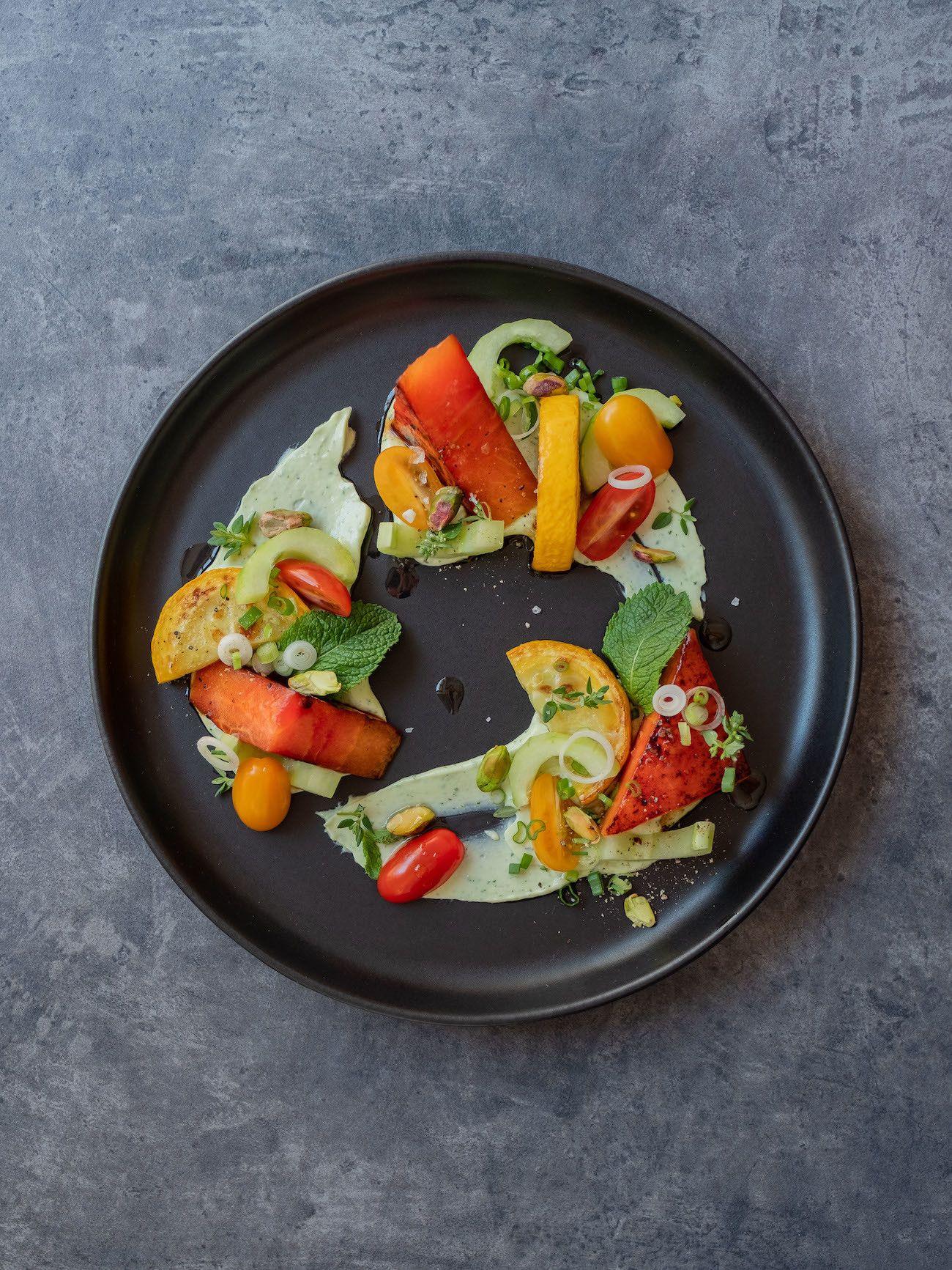 Foodblog, About Fuel, Rezept, Wassermelonensalat auf Basilikum-Feta-Creme, Gurken, Thymian, Tomaten, Frühlingszwiebeln, Minze