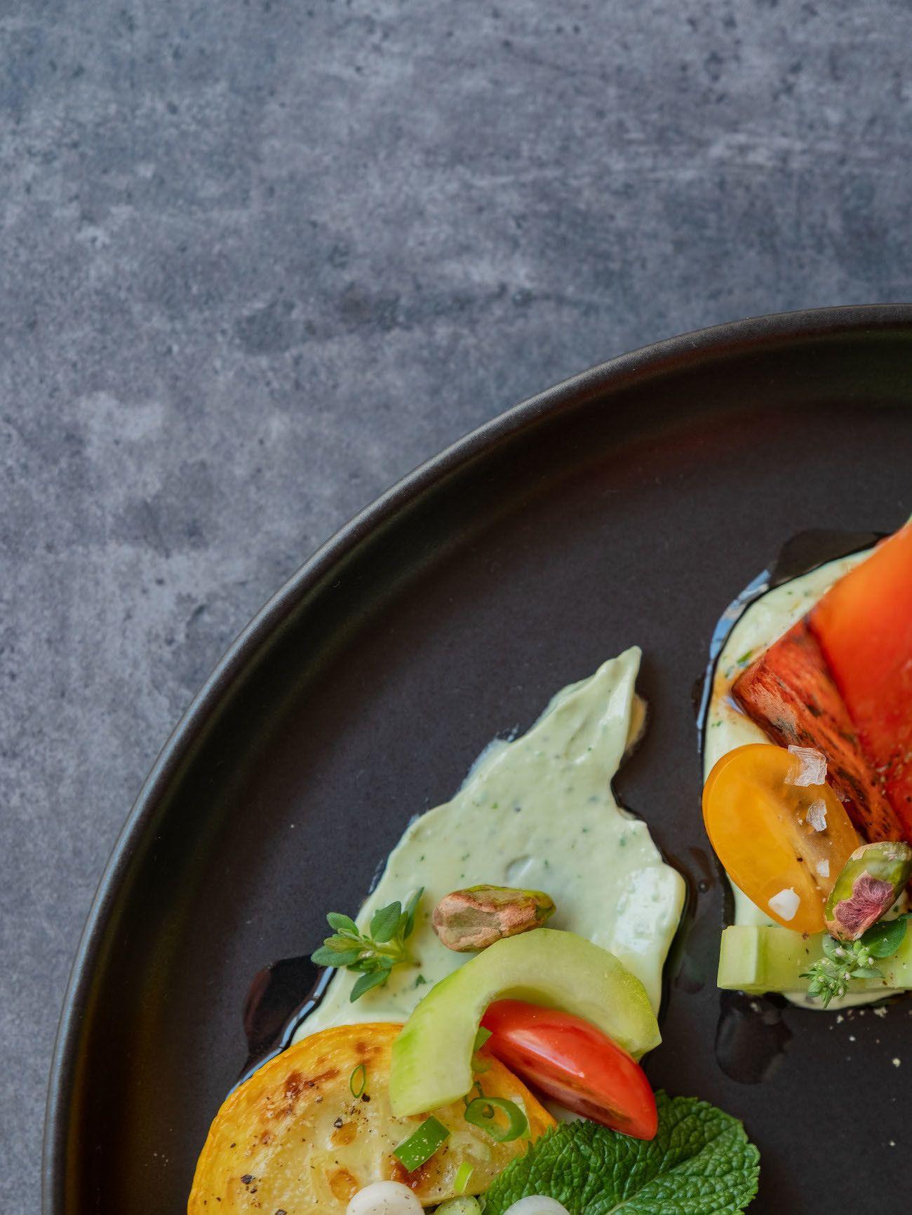 Foodblog, About Fuel, Rezept, Wassermelonensalat auf Basilikum-Feta-Creme, Olivenöl, Gurke, Tomaten, Zucchini, Pistazien