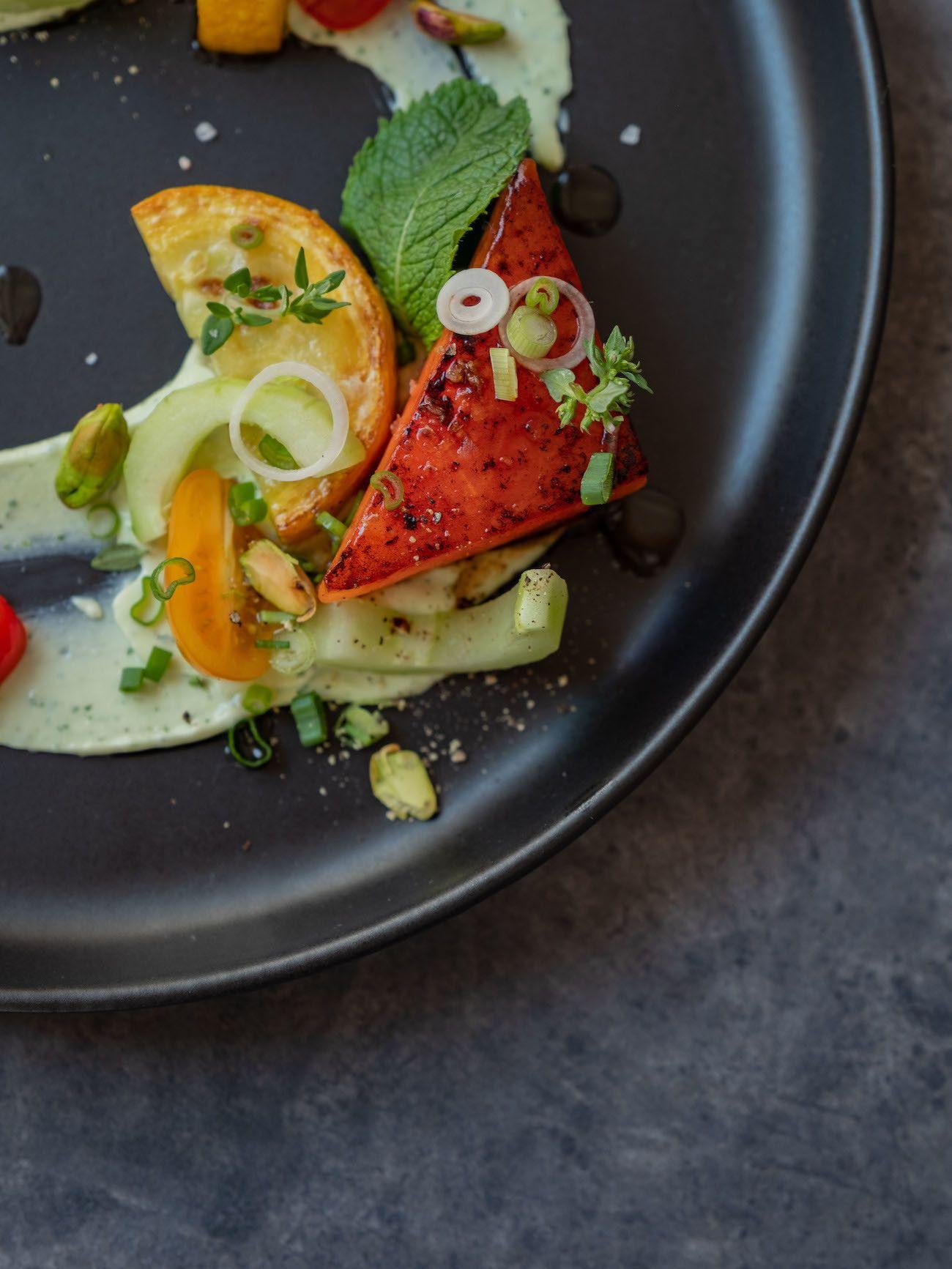 Foodblog, About Fuel, Rezept, Wassermelonensalat auf Basilikum-Feta-Creme, Thymian, Frühlingszwiebeln, Zucchini, Minze, Tomaten