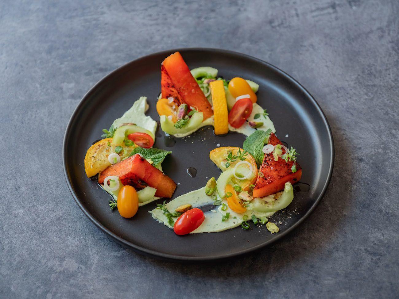 Foodblog, About Fuel, Rezept, Wassermelonensalat auf Basilikum-Feta-Creme, Tomaten, Gurken, Minze, Thymian