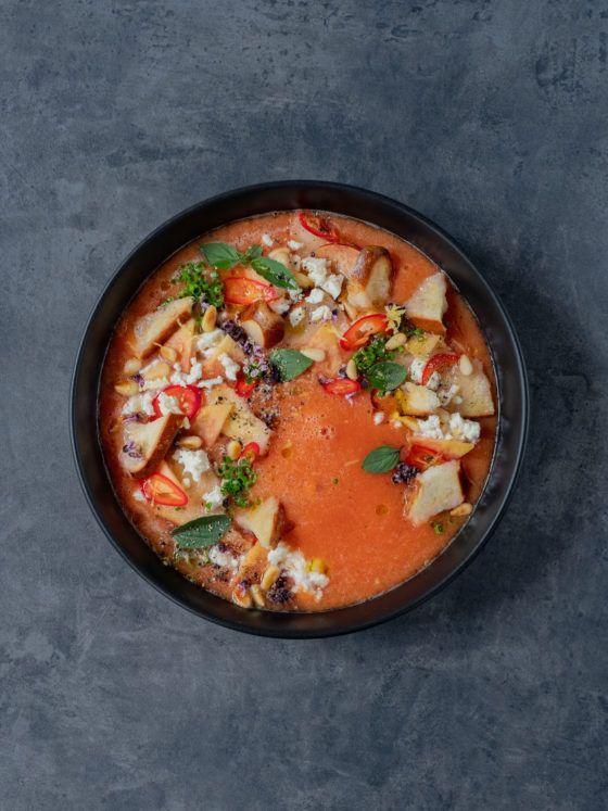 Foodblog, About Fuel, Rezept, Pfirsich Gazpacho mit Laugenstangenchips, Feta und Chili, Basilikum, Oregano, Olivenöl, Tomate