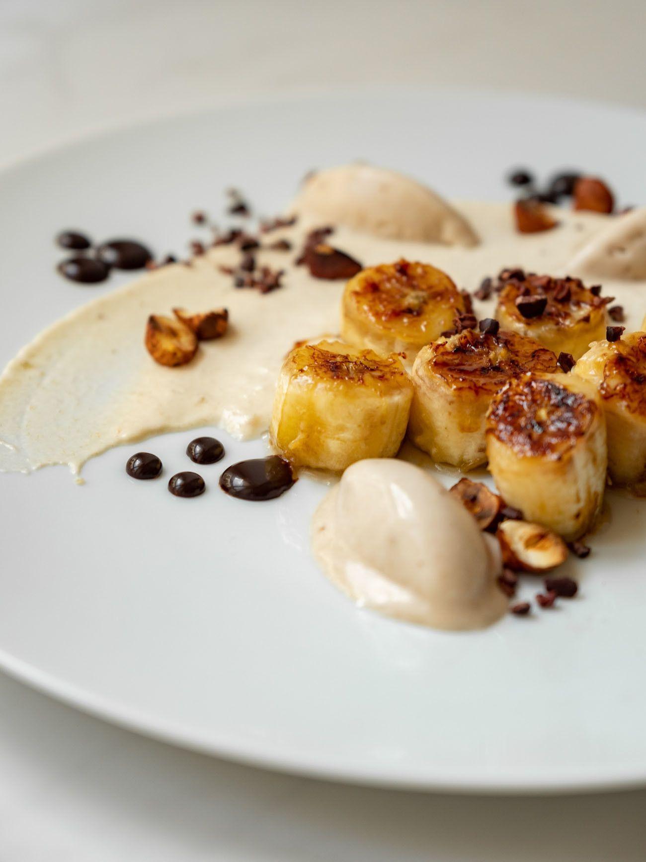 Foodblog, About Fuel, Rezept, Rum Bananen Dessert mit Hasenüssen und Schokoladen-Karamell, Bananeneis, Teller, Kakao Nibs