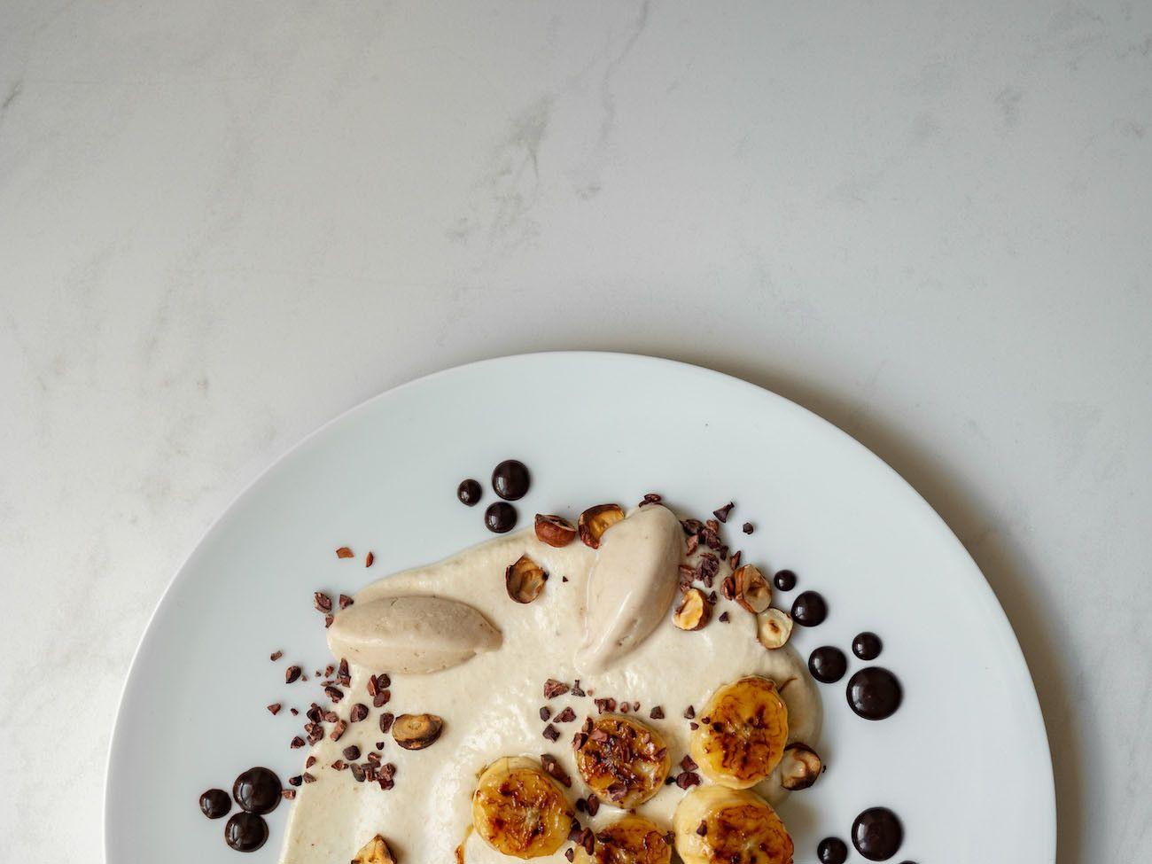 Foodblog, About Fuel, Rezept, Rum Bananen Dessert mit Hasenüssen und Schokoladen-Karamell, Kakao Nibs, Teller