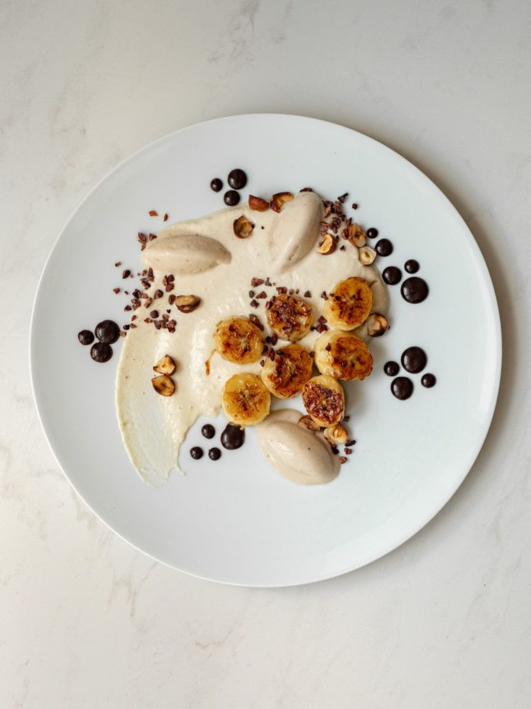 Foodblog, About Fuel, Rezept, Rum Bananen Dessert mit Hasenüssen und Schokoladen-Karamell, Rosenthal, Teller, Kakao Nibs