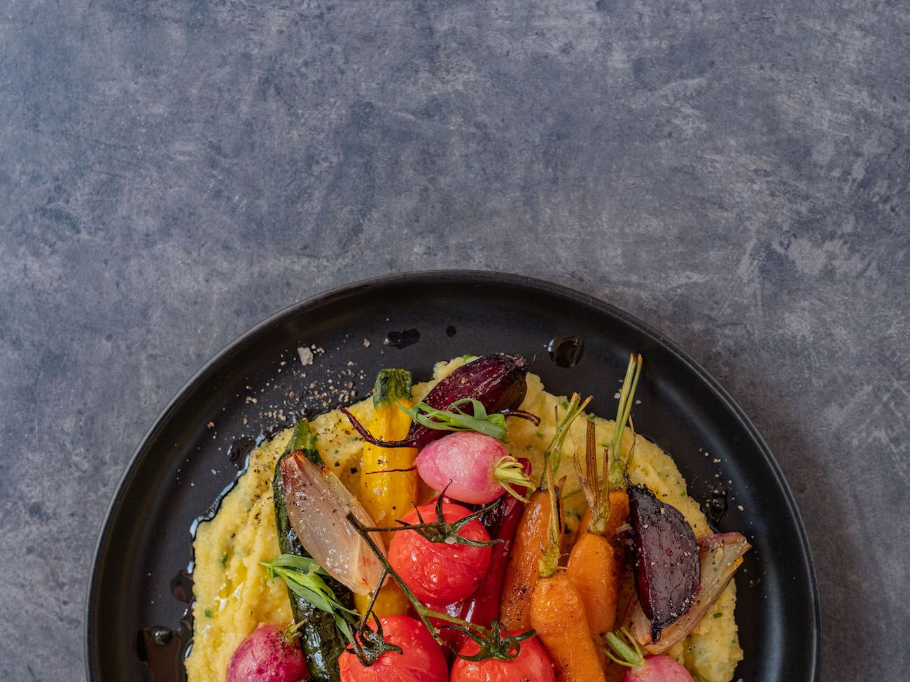 Rezept, Foodblo, About Fuel, Cremige Polenta mit Sommergemüse, Radieschen, Rote Bete, Schalotten
