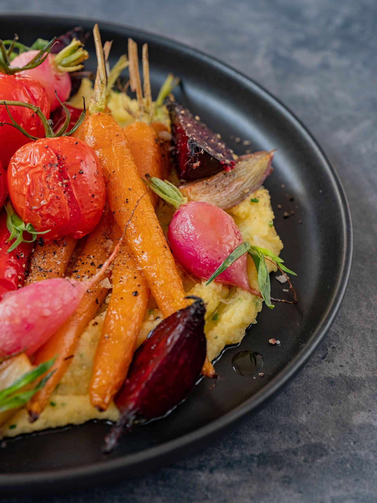 Rezept, Foodblo, About Fuel, Cremige Polenta mit Sommergemüse, Rote Bete, Tomaten, Radieschen, Schalotten