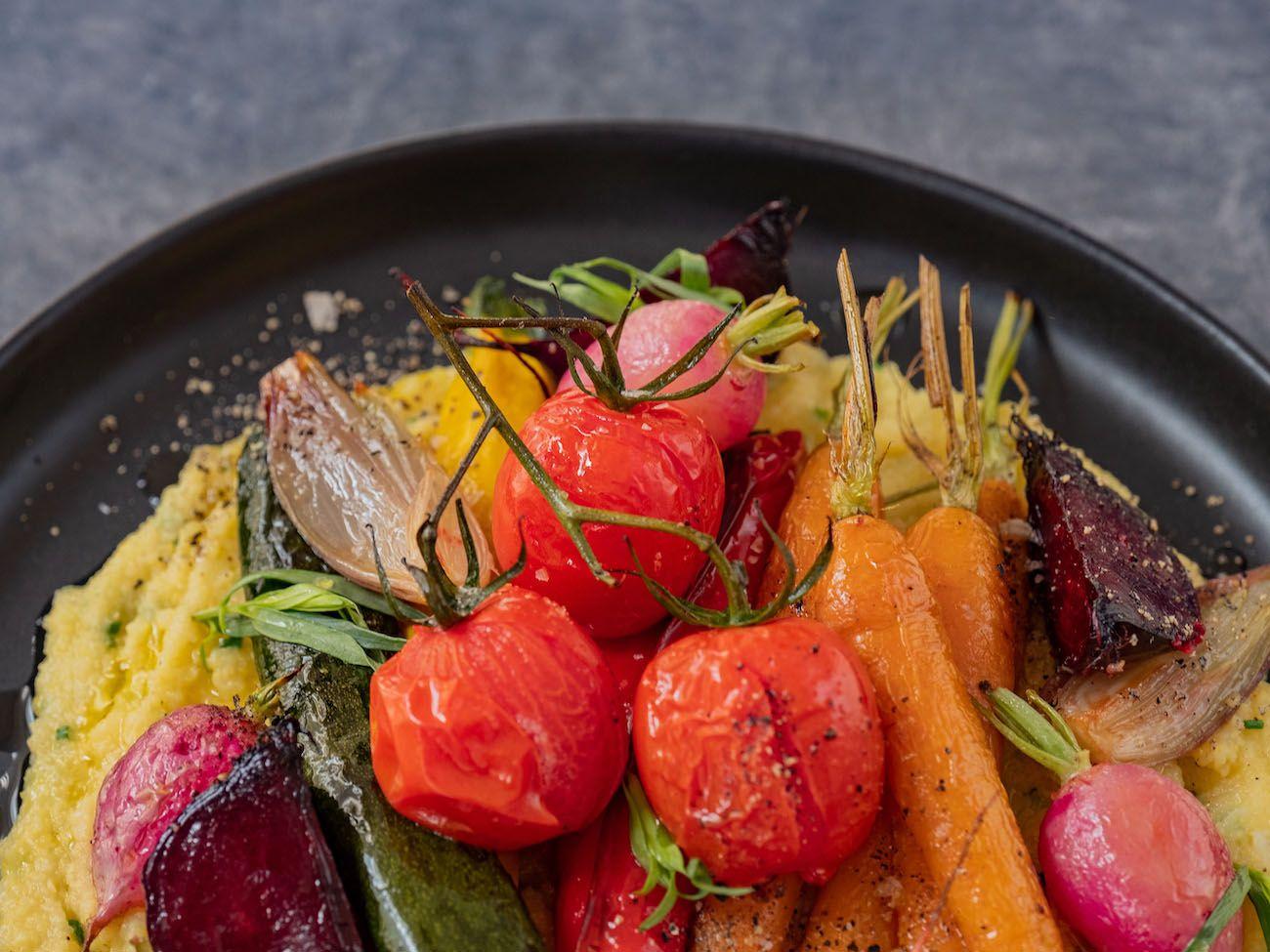Rezept, Foodblo, About Fuel, Cremige Polenta mit Sommergemüse, Tomaten, Radieschen, Estragon, Paprika